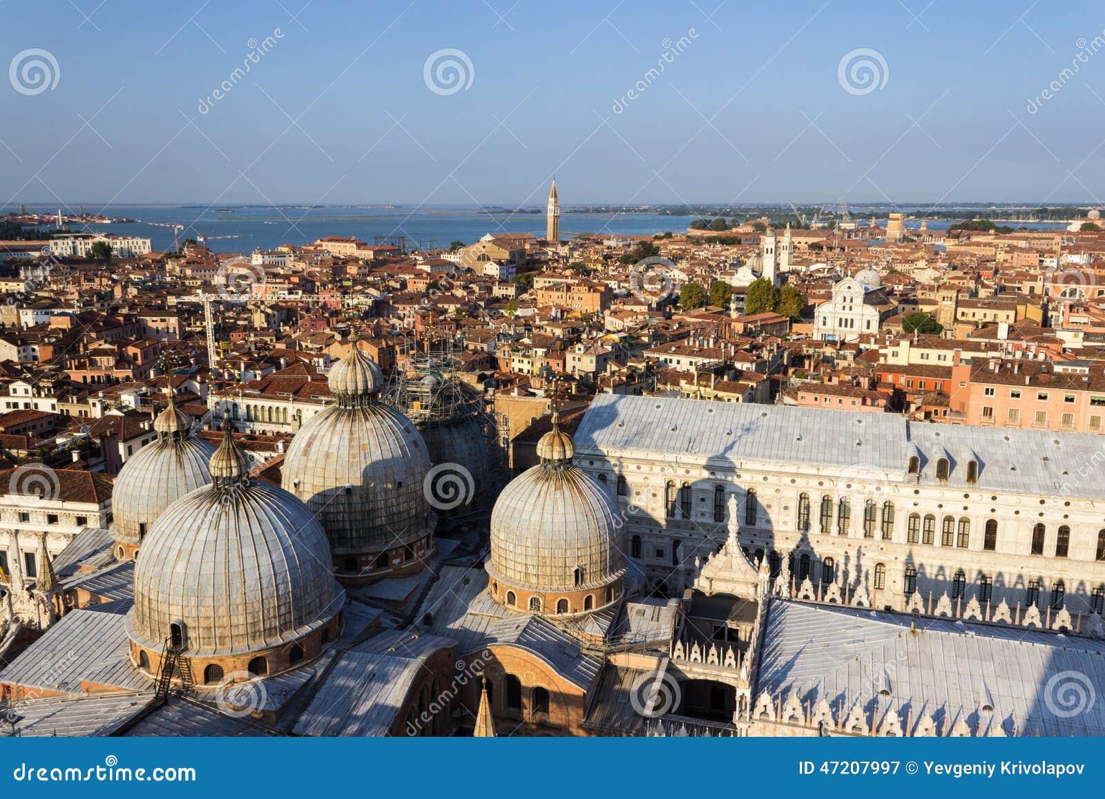 Венеция против моря и голубого неба 001