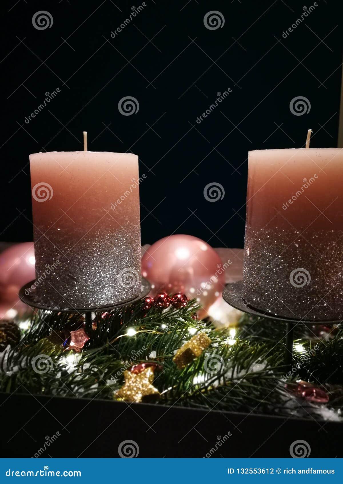 Венок пришествия с розовыми свечами и пузырями рождества