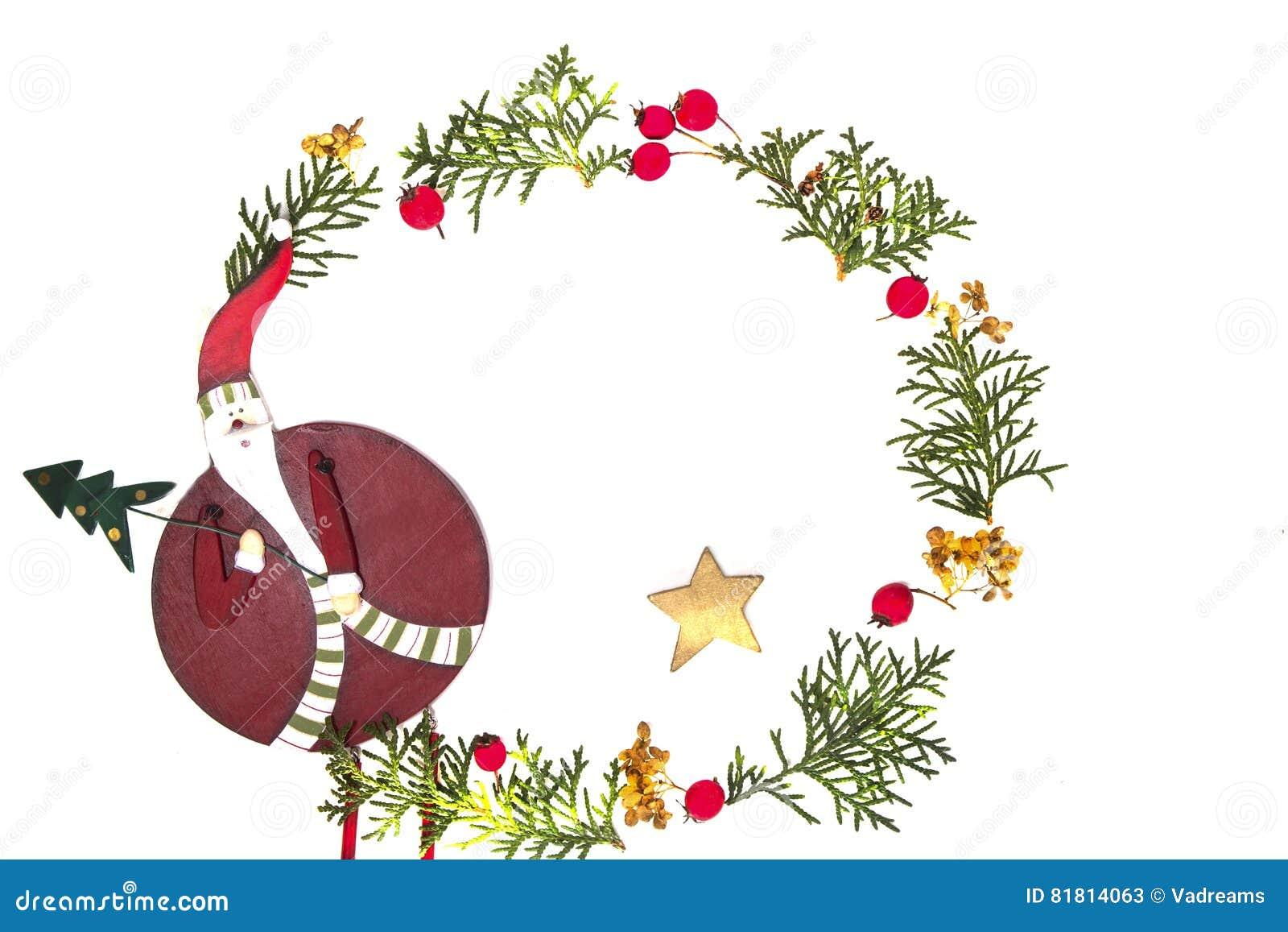 Венок рождества сделанный из зеленых хворостин туи, красное одичалое поднял плодоовощи и дерева Xmas украшение на белой предпосыл