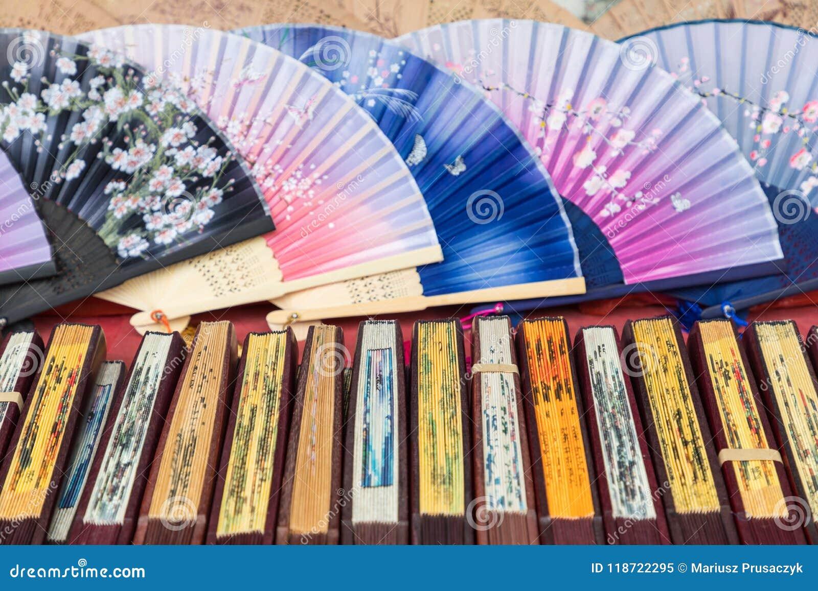 Вентиляторы традиционного ремесленничества китайские на рынке в Yangshuo, Китае