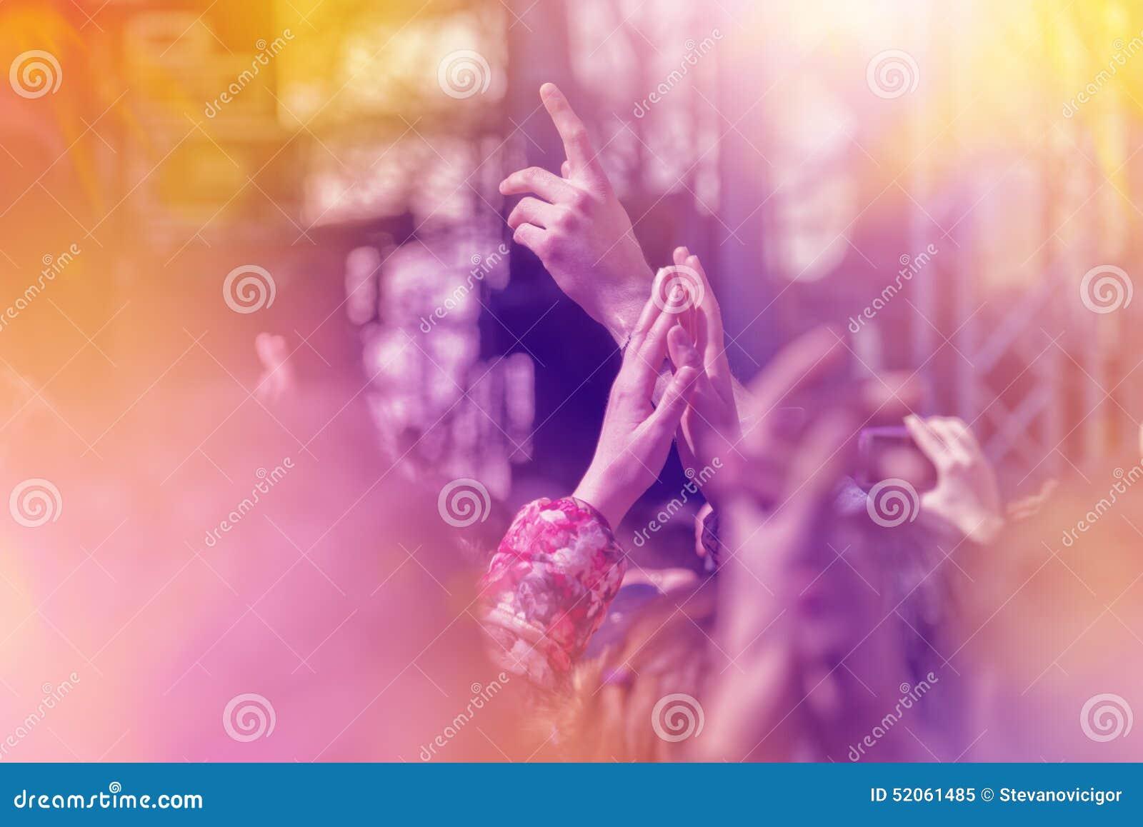 Вентиляторы аплодируя к музыке соединяют выполнять в реальном маштабе времени на этапе
