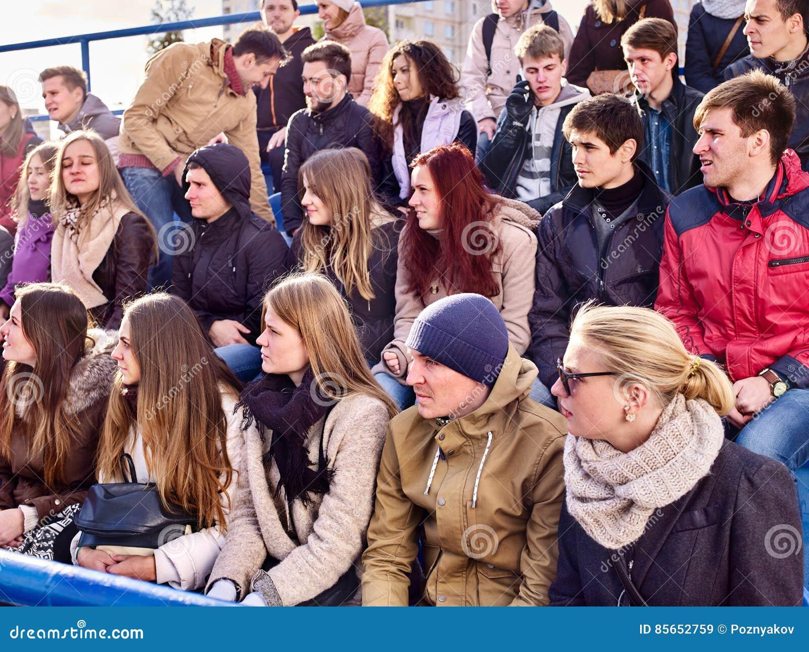 Вентиляторы веселя в стадионе Люди группы ждут вашу любимую команду