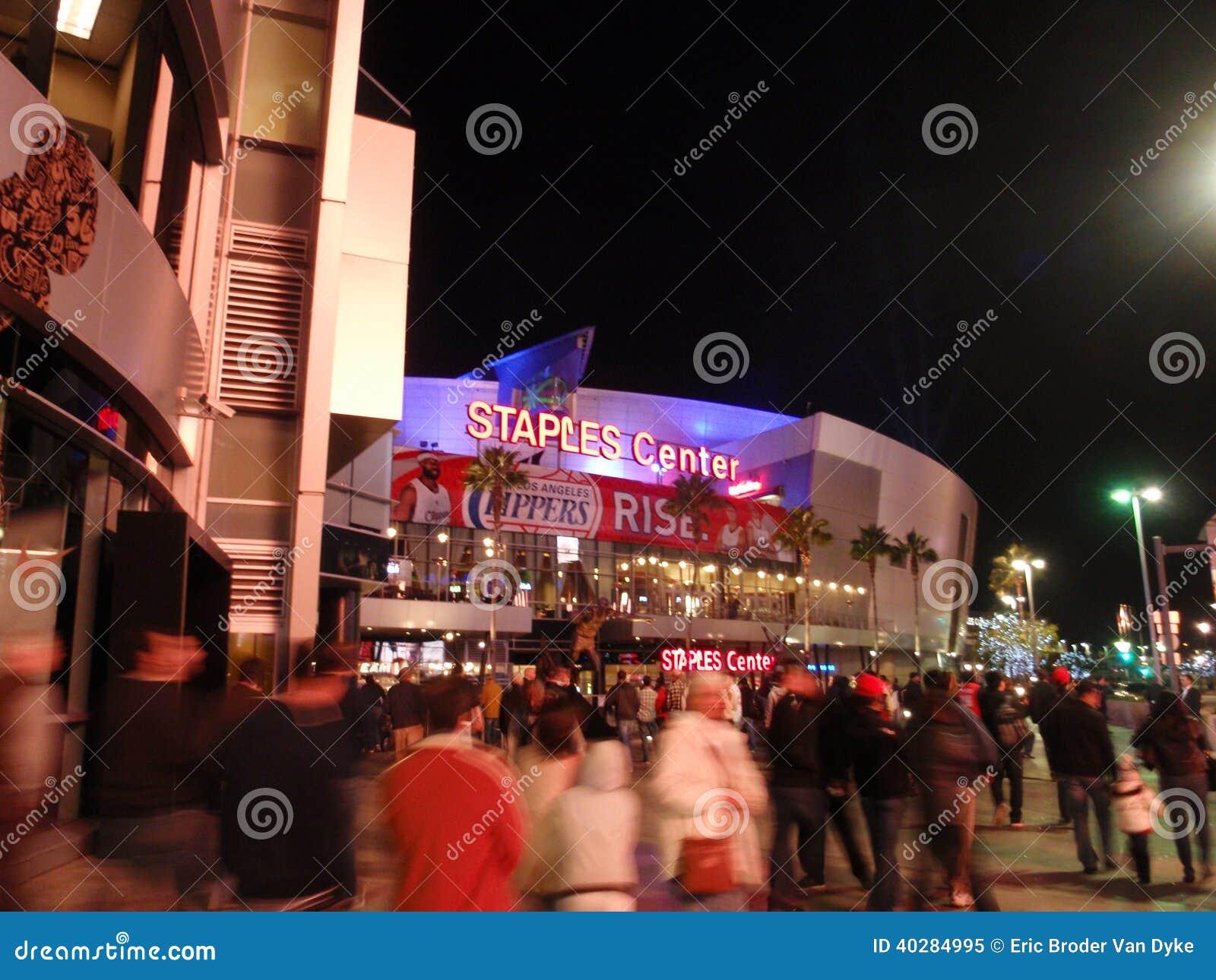 Вентиляторы вписывают Staples Center во время игры Clippers на ноче