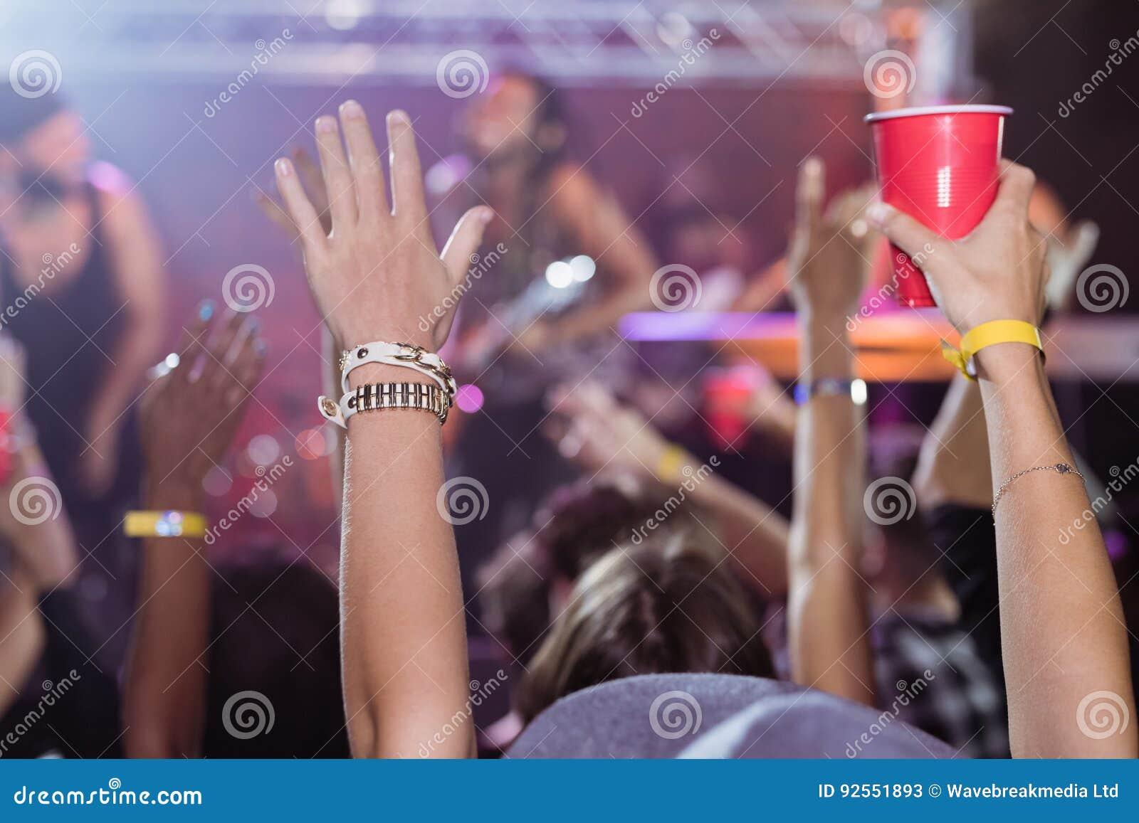 Вентиляторы наслаждаясь концертом музыки