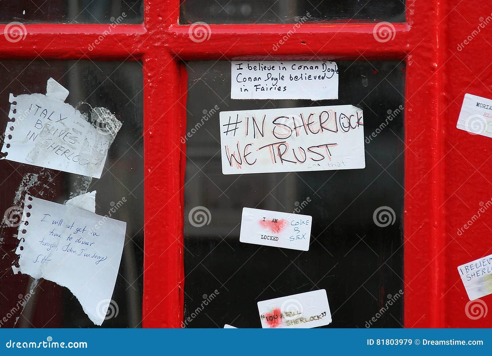 Вентиляторы Sherlock выходят примечания на коробку телефона около Сен-Бартельми в Лондон