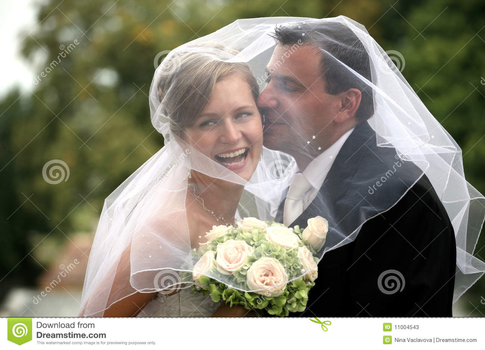 венчание пар целуя