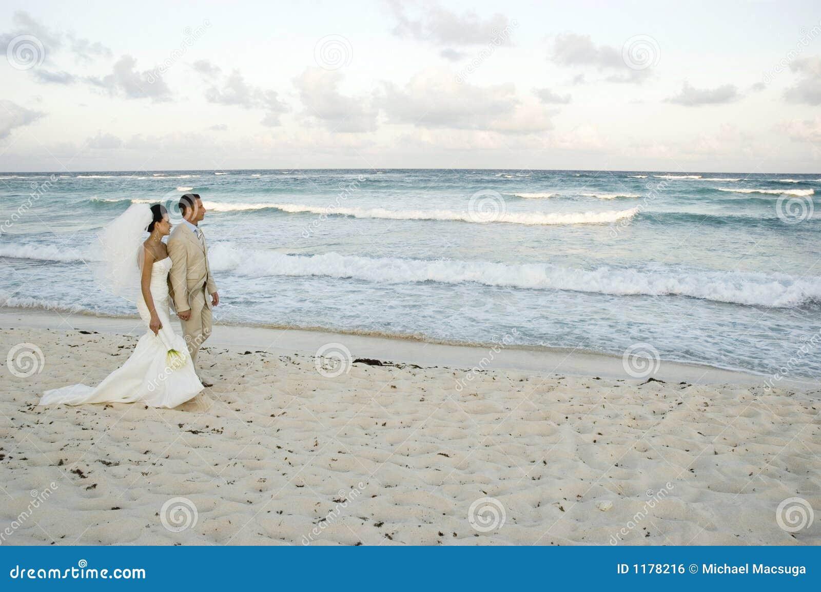 венчание brid пляжа карибское