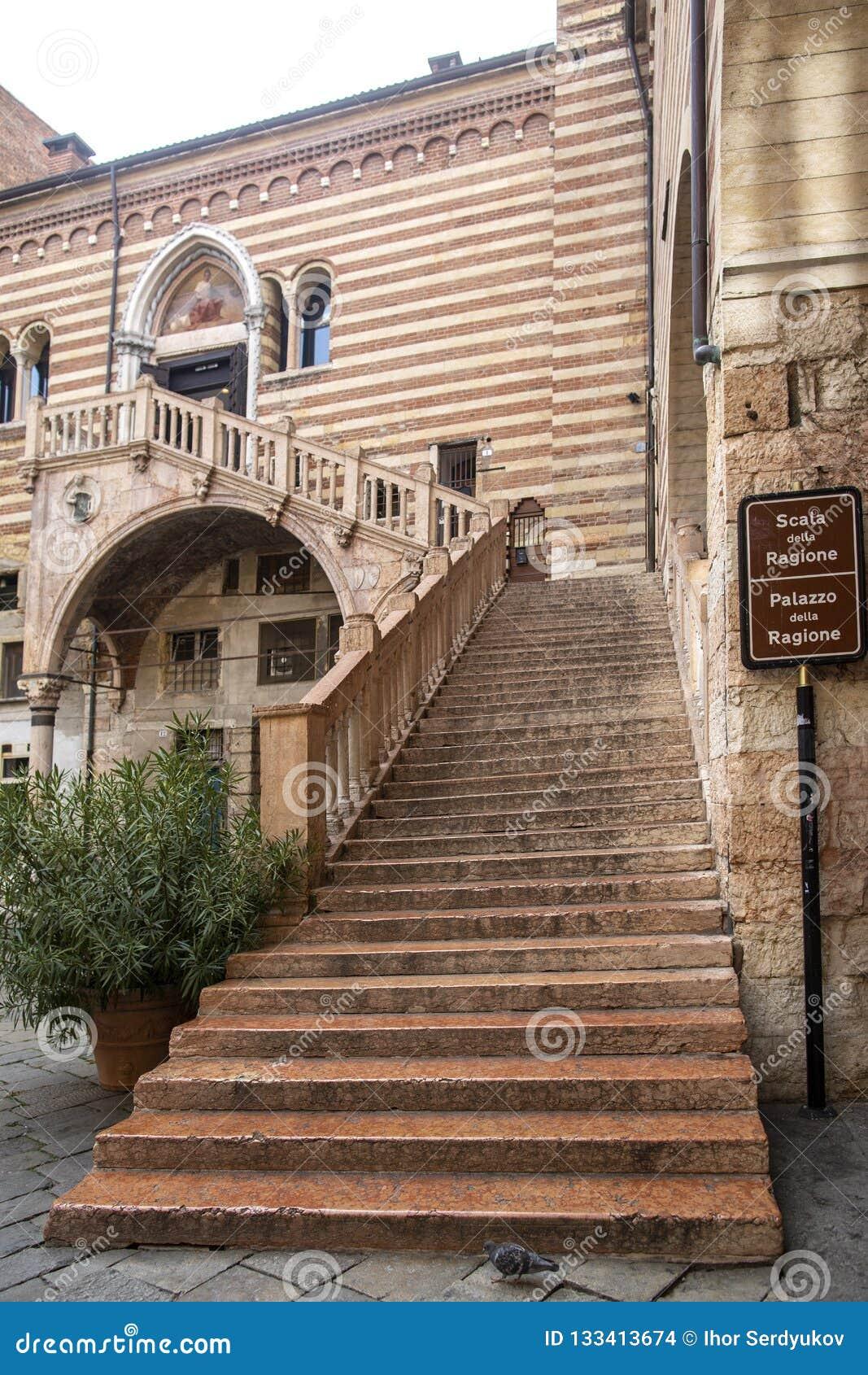 ВЕРОНА, ИТАЛИЯ: Старая лестница к столетие 15 вызвала Лестницу правосудия в della Ragione Palazzo, центре Вероны, Италии