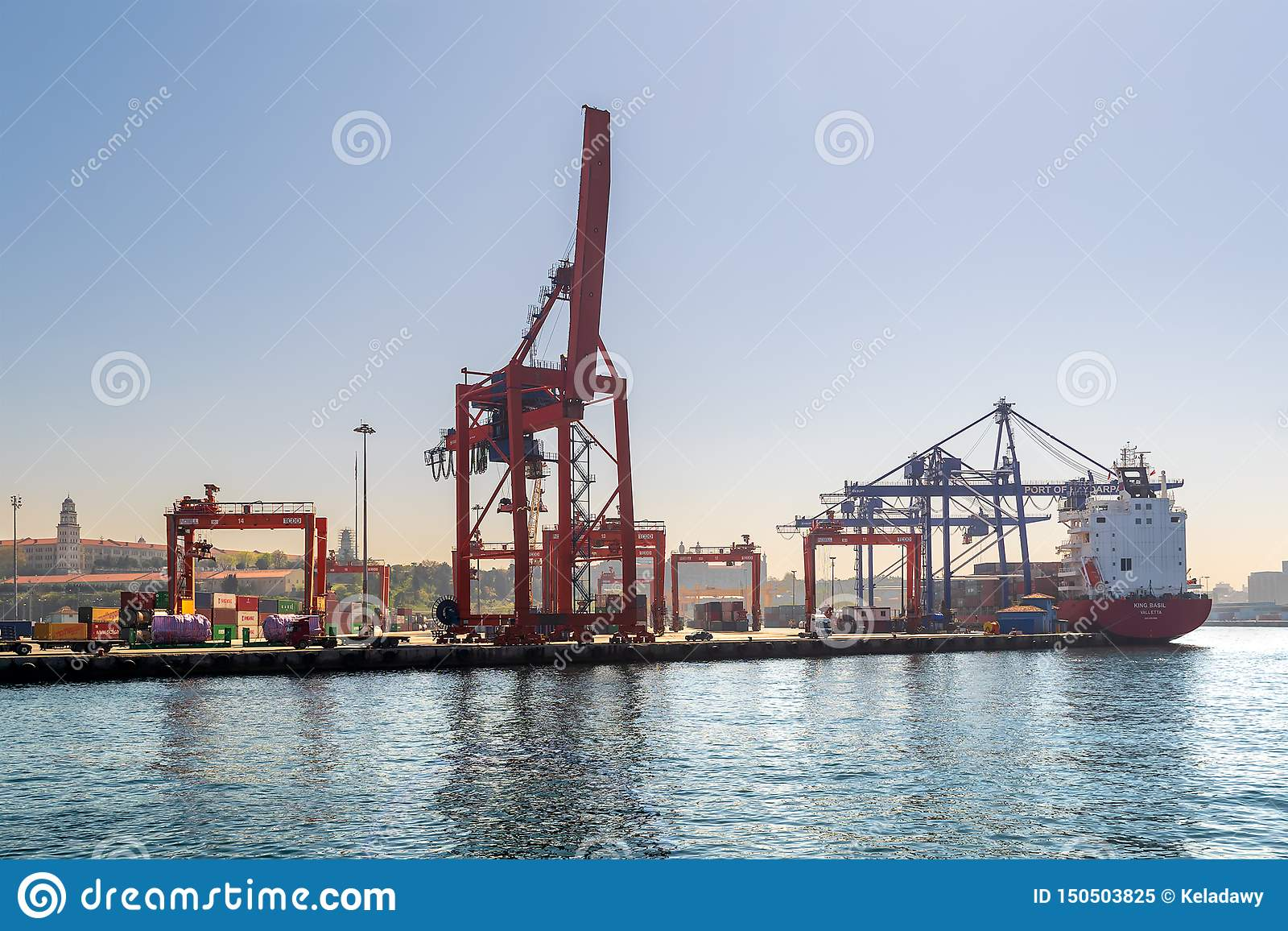 Верфь порта Haydarpasha с кранами и нагруженным контейнеровозом, Стамбулом, Турцией