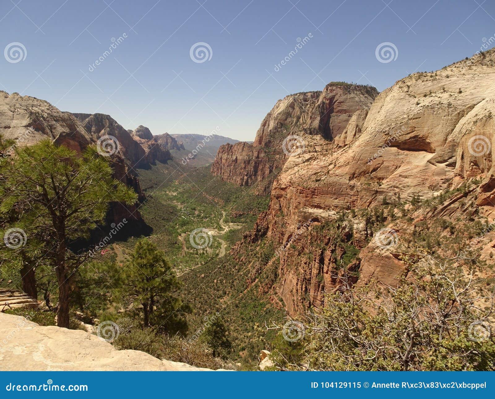 Верхняя часть ангелов приземляясь след - взгляд над национальным парком Сиона, Ютой, США