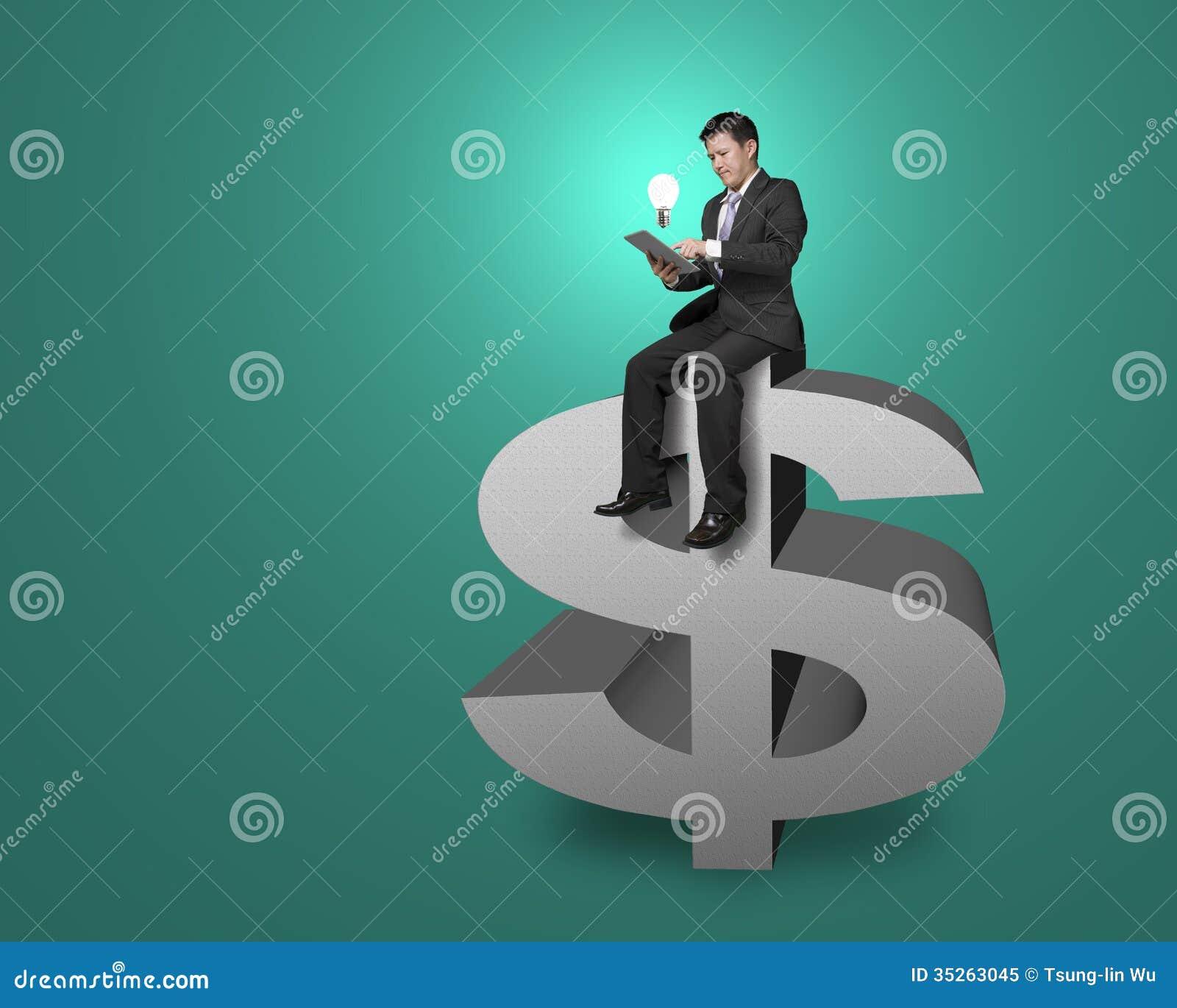 Верхняя часть бизнесмена сидя символа денег с таблеткой, освещая бушель