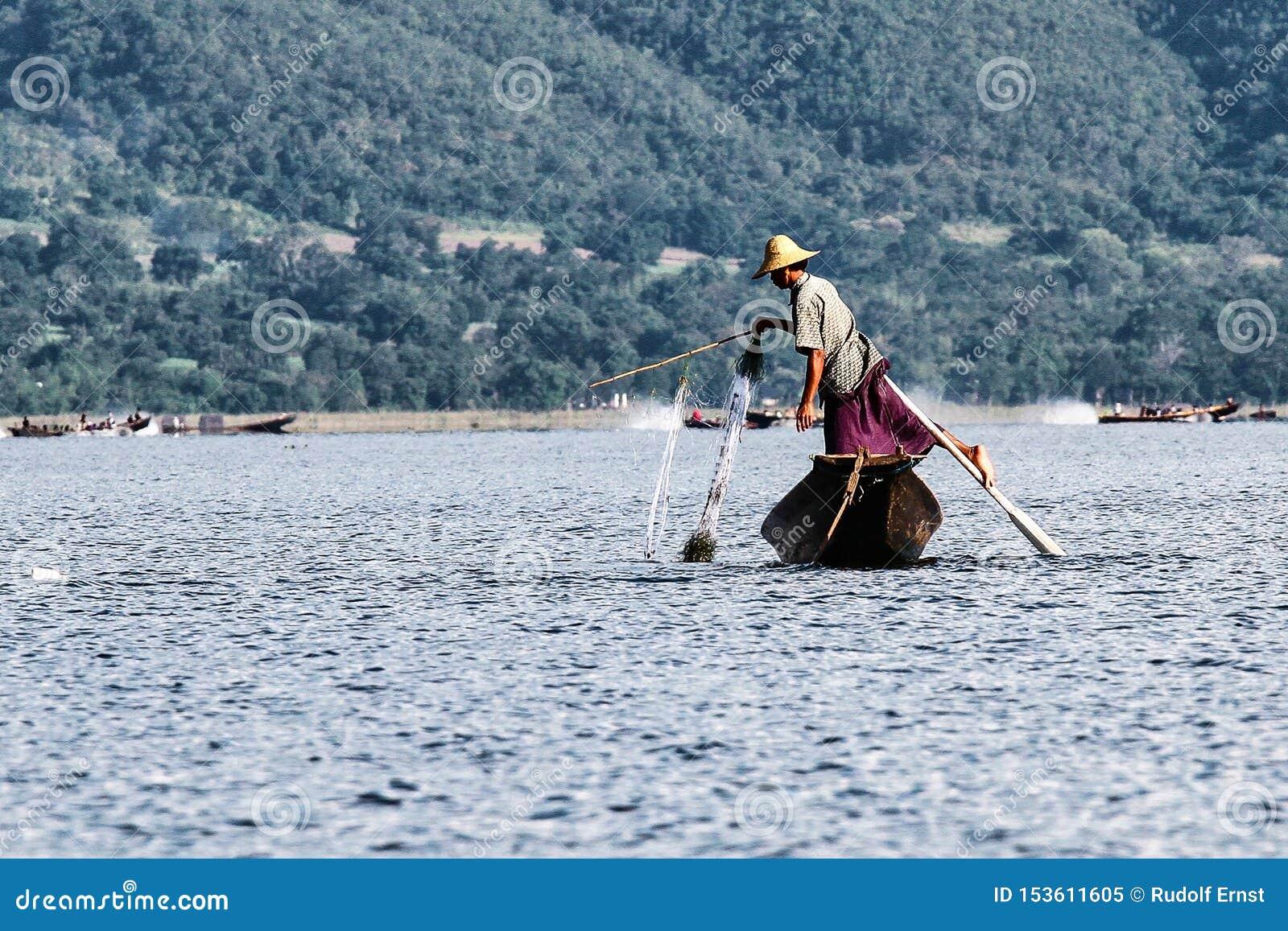 Весельная лодка рыболова ногой на озере Inle, Мьянме