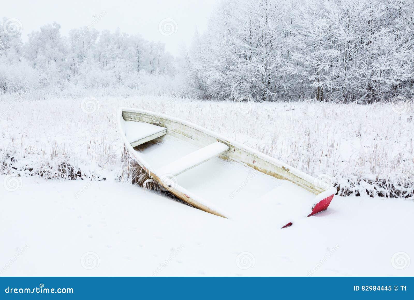 Весельная лодка на зиме
