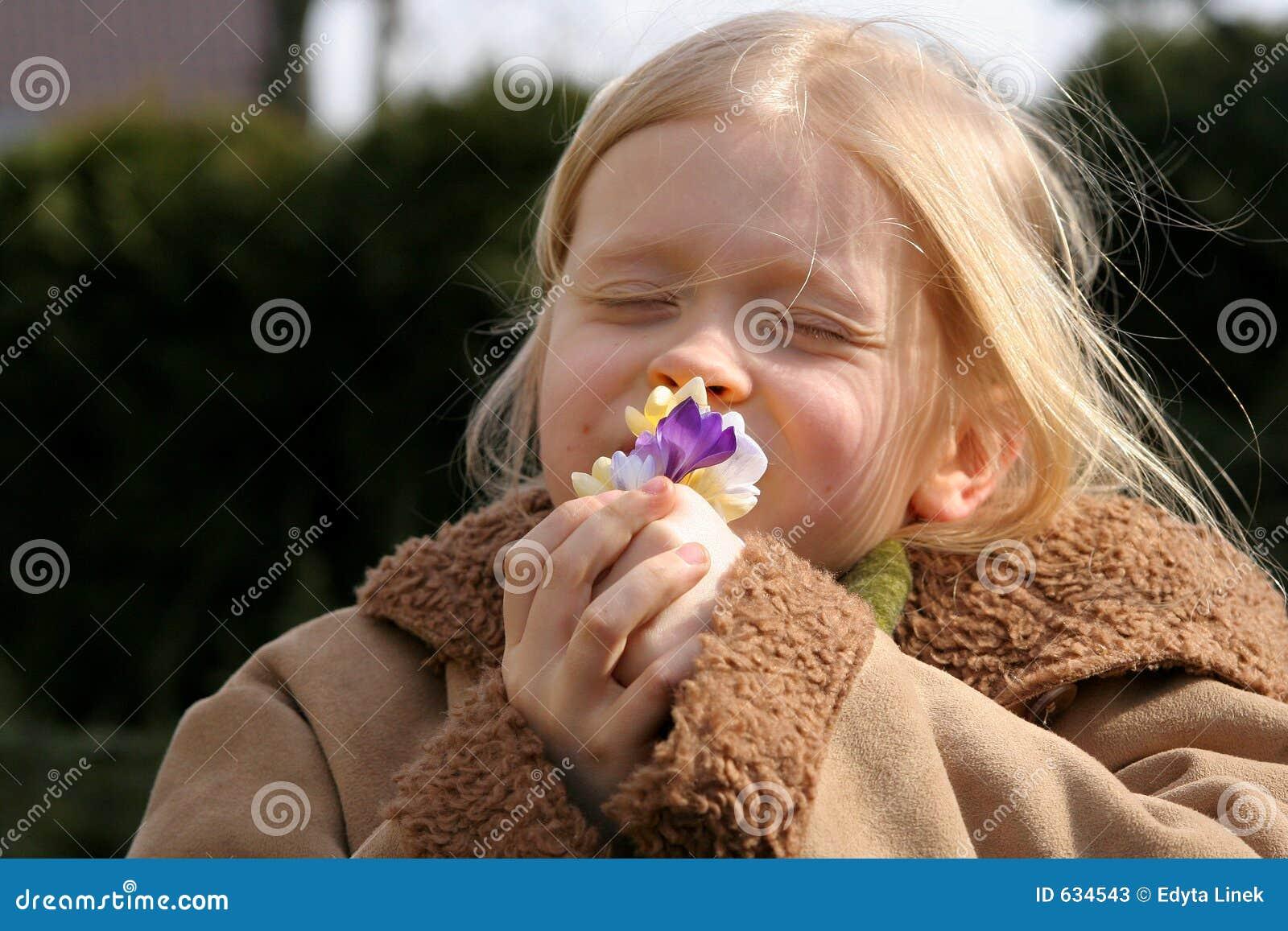 Download весна девушки стоковое изображение. изображение насчитывающей мило - 634543