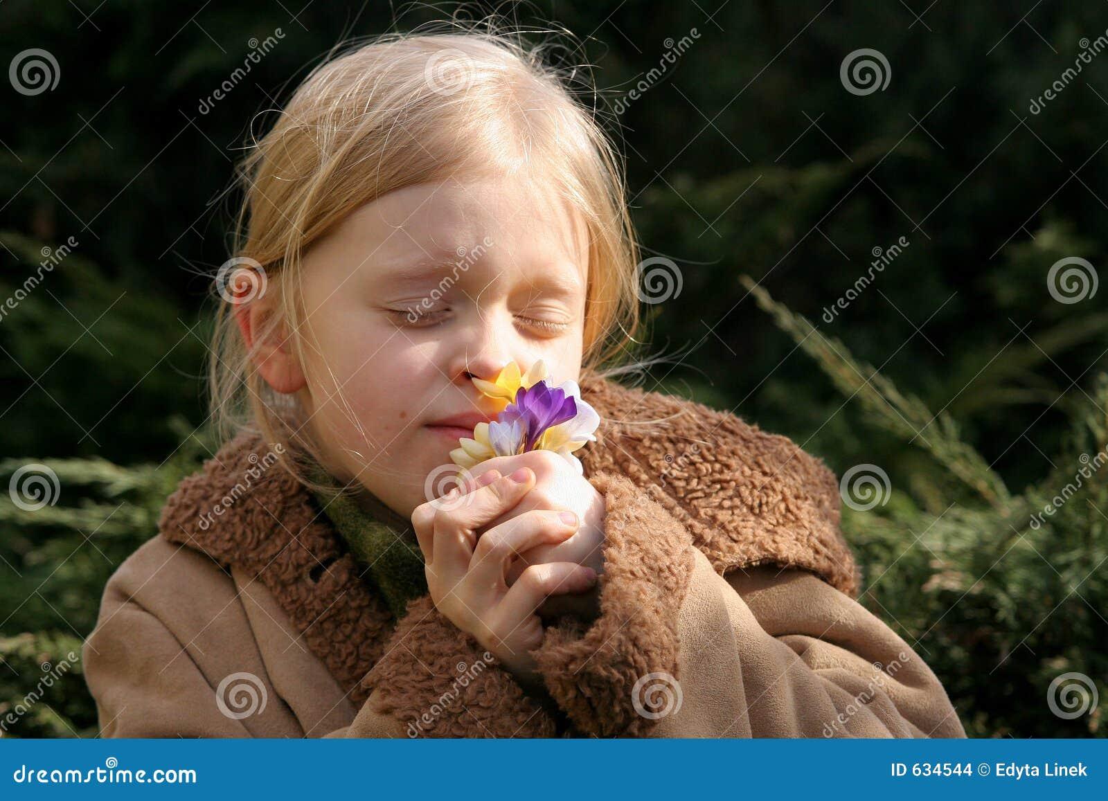 Download весна девушки стоковое фото. изображение насчитывающей снаружи - 634544