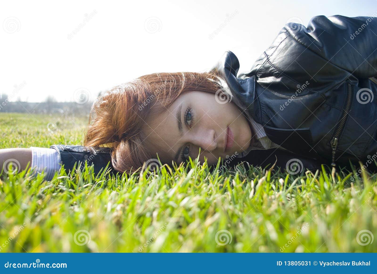 весна мечтательного свежего взгляда девушки лежа