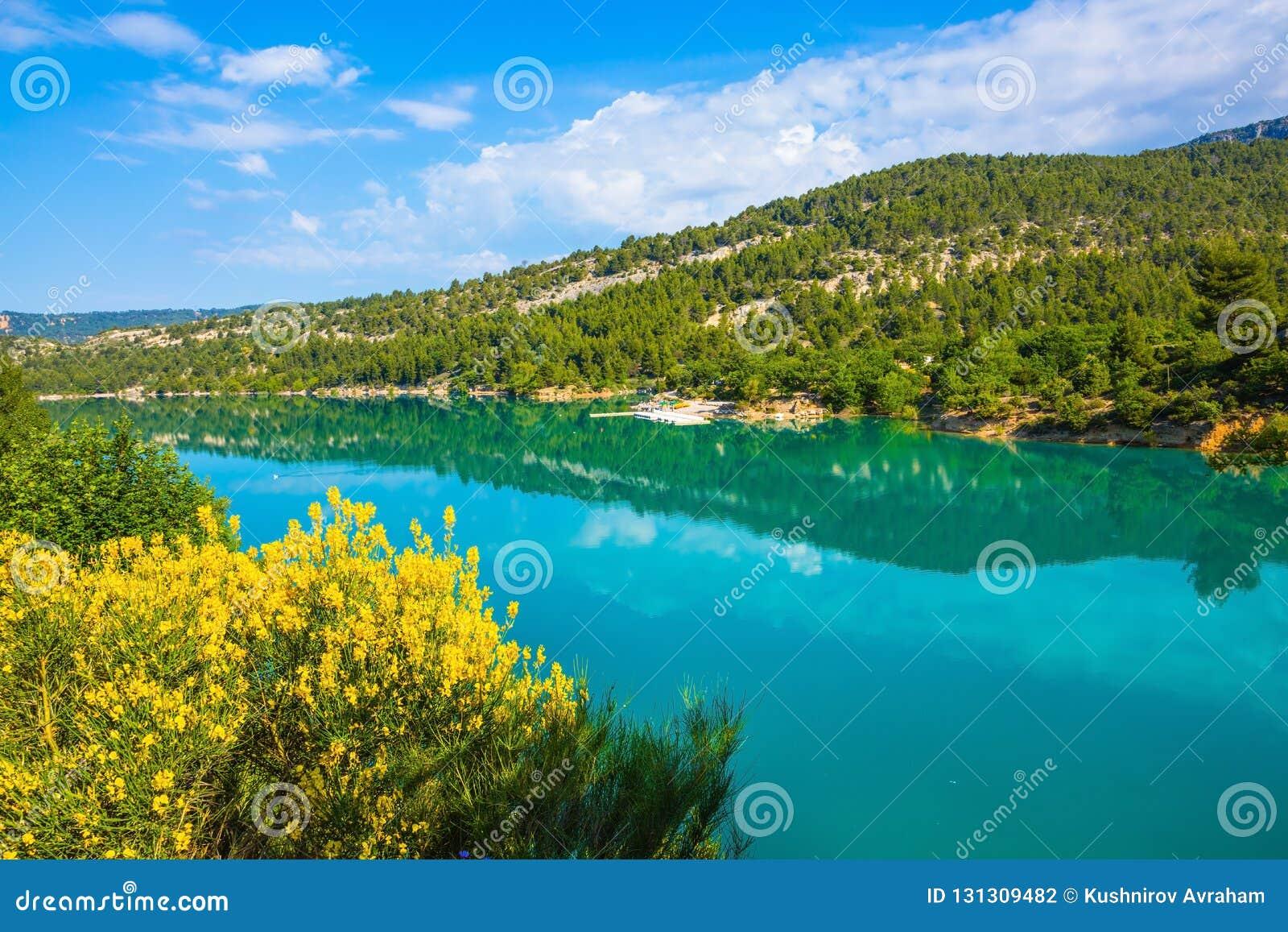 Весна Провансаль Лазурная вода отражает облака