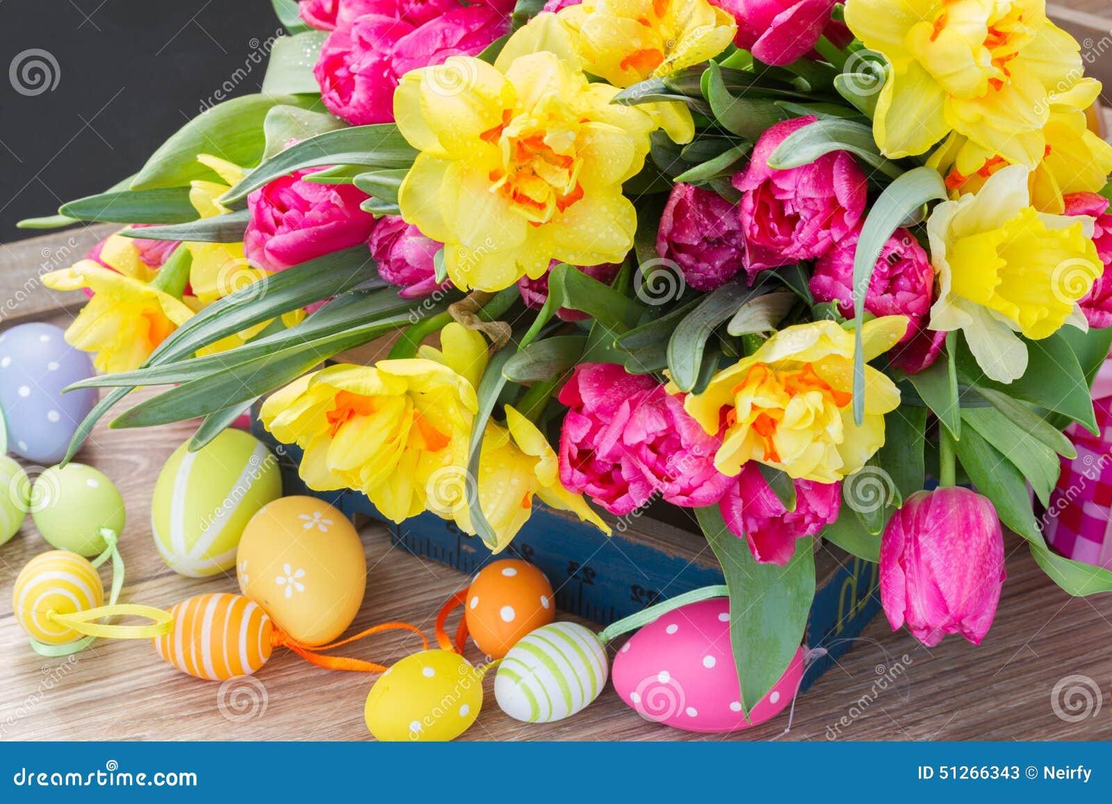 Весна цветет букет с пасхальными яйцами