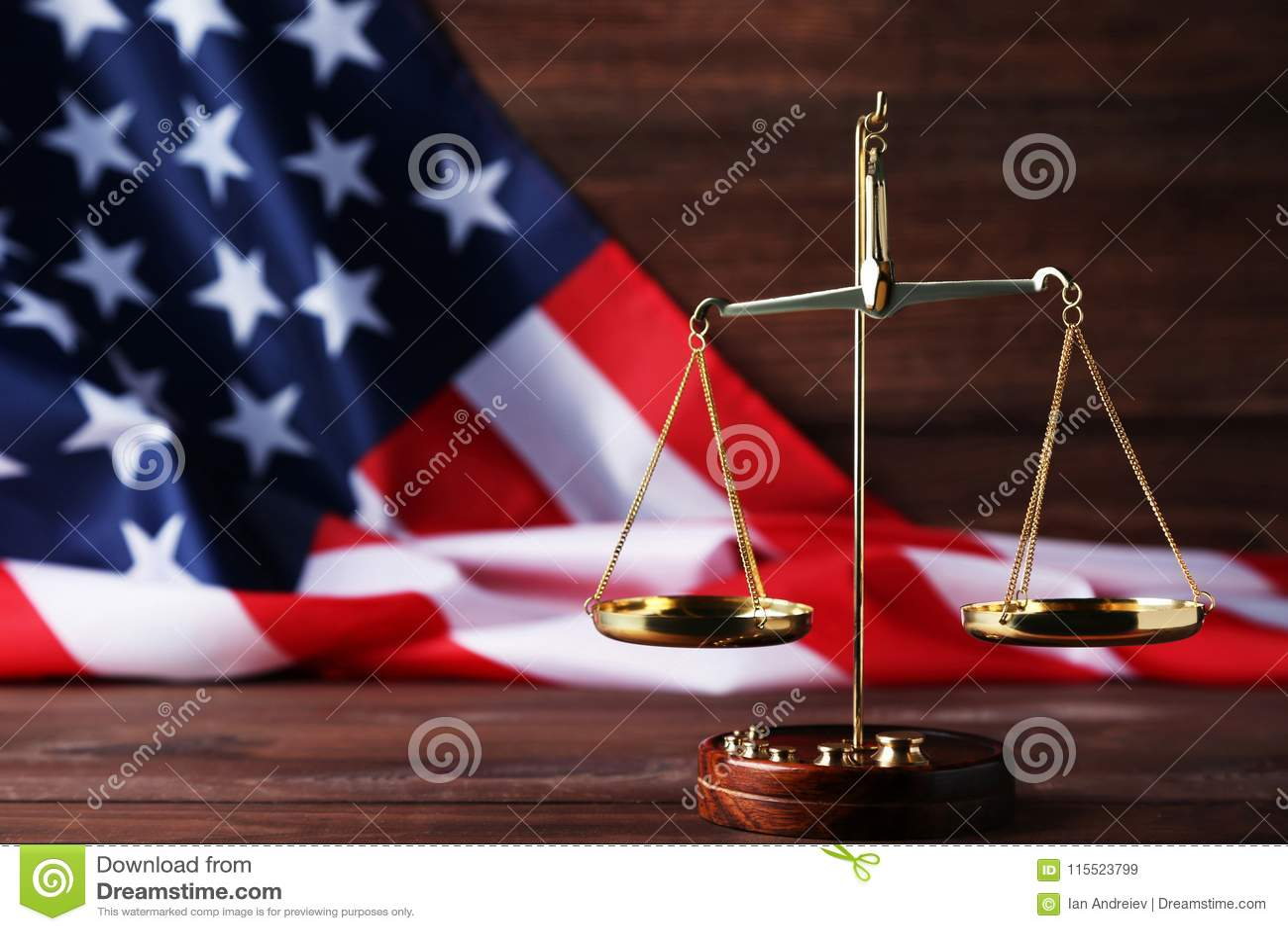 Весы правосудия с американским флагом