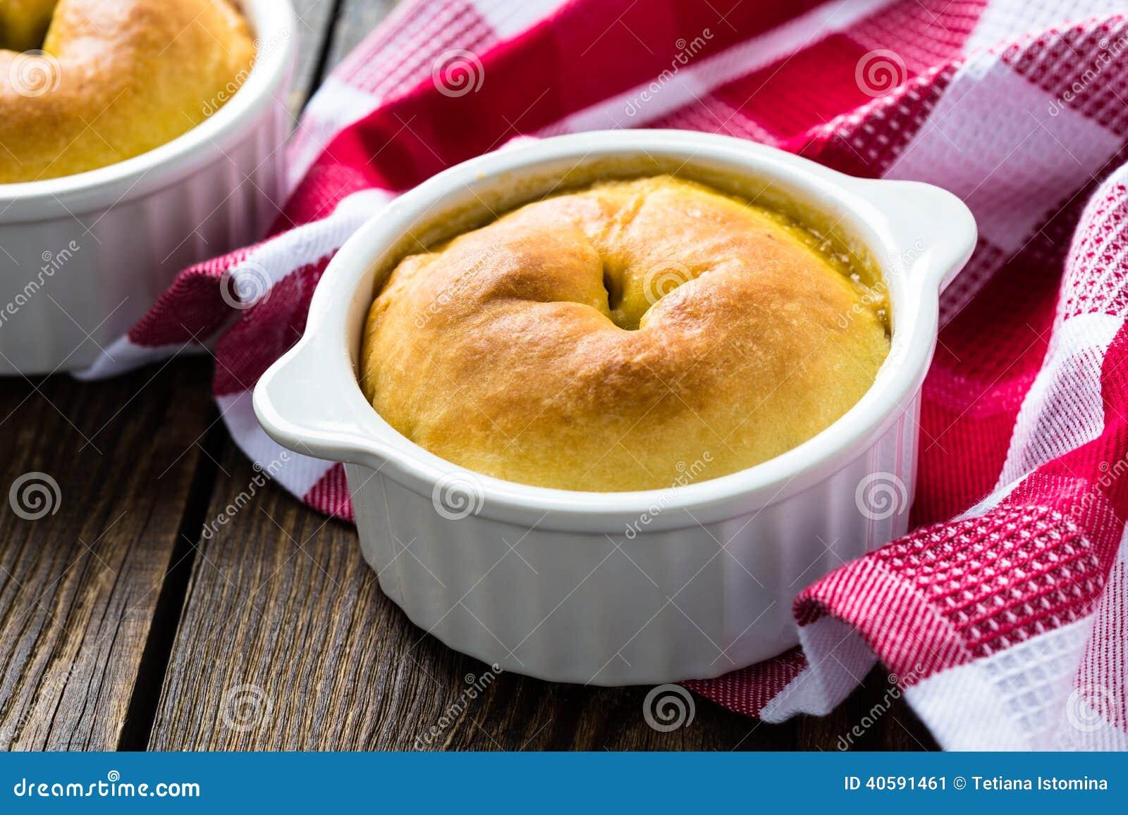 Весь пирог бака в ramekin с овощами