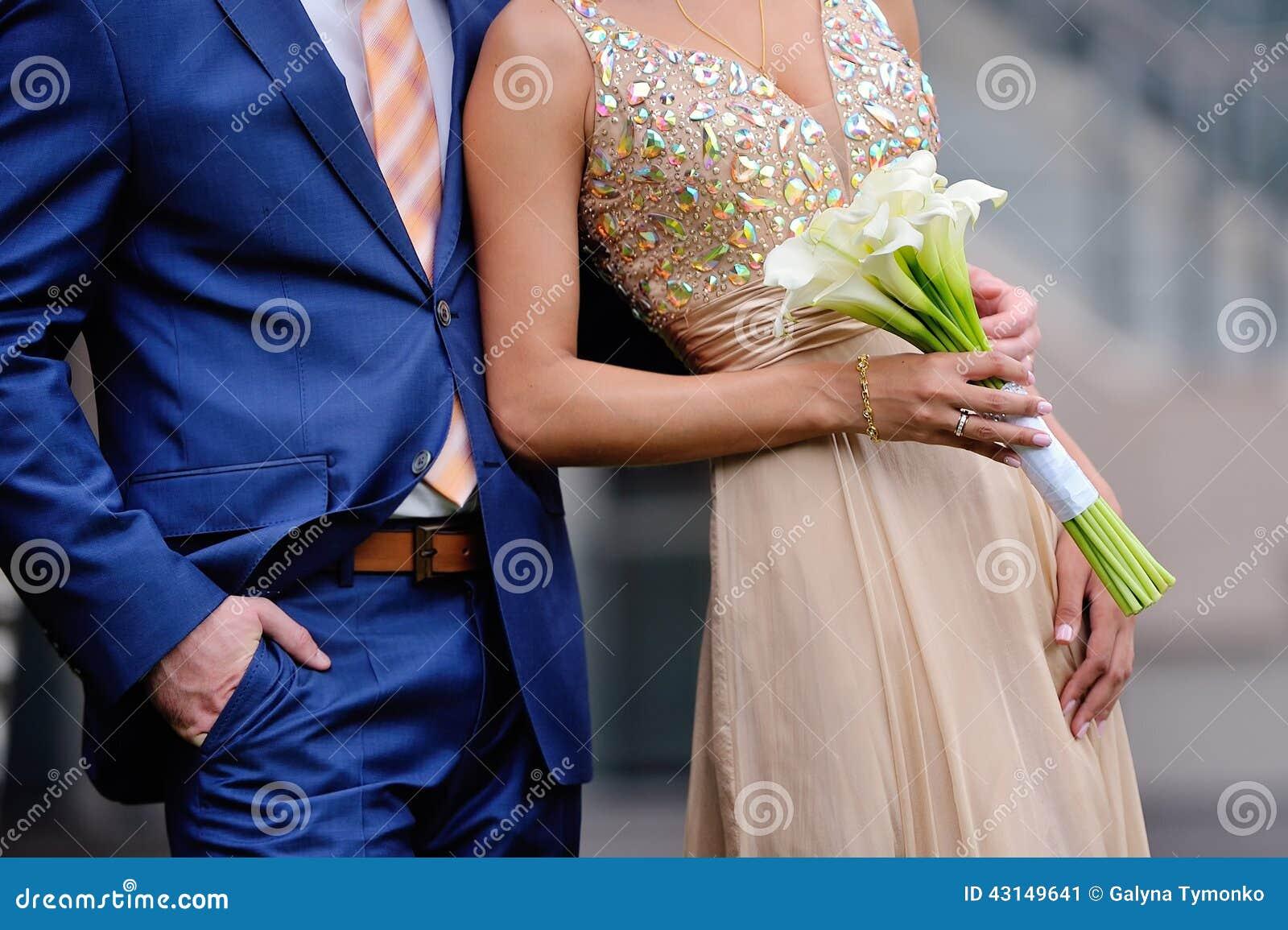 весь groom фонтана embraces невесты брызгает
