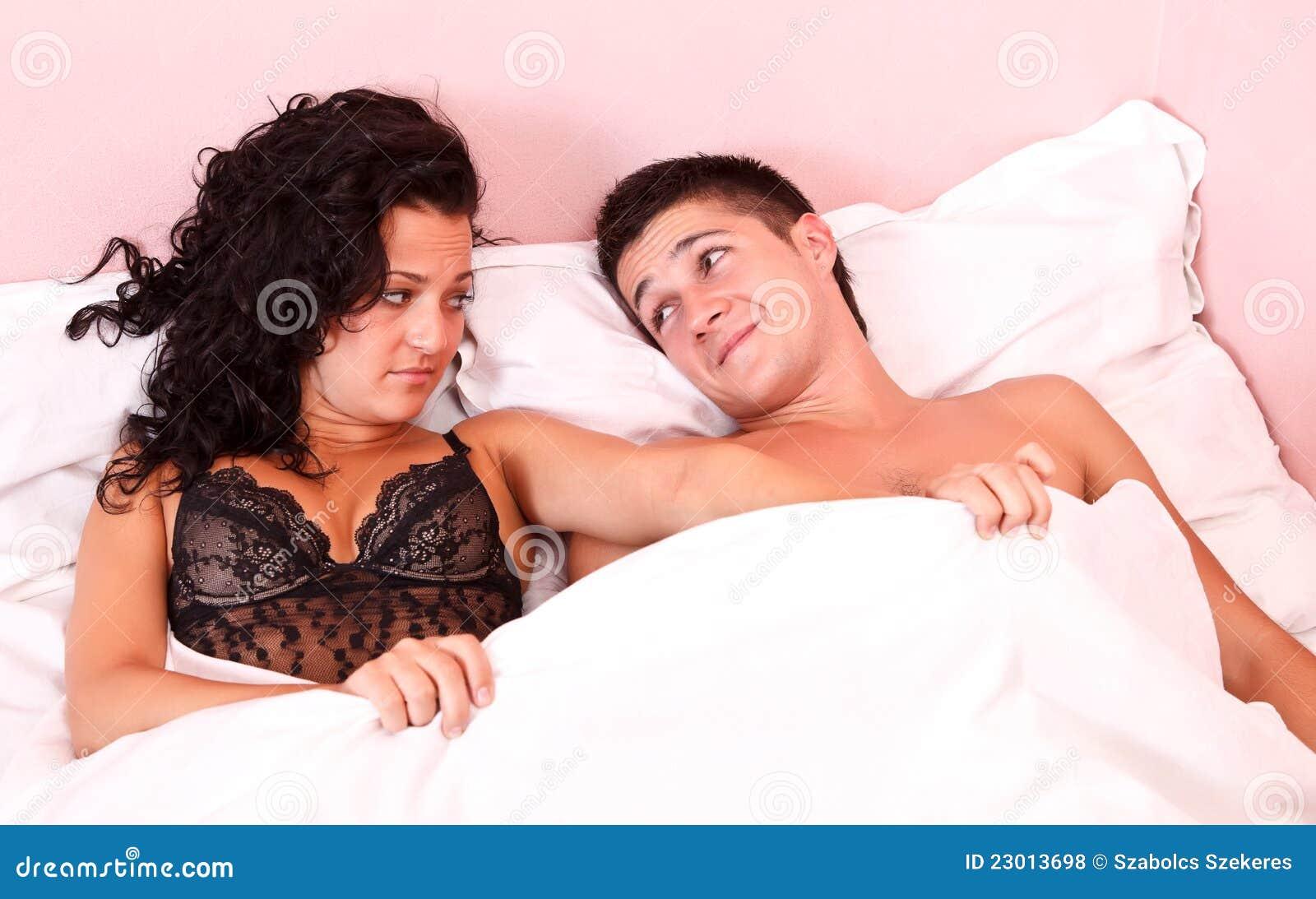Трахнул пока муж смотрел футбол с другом, Жена тихо изменяет мужу с его лучшим другом во время 23 фотография