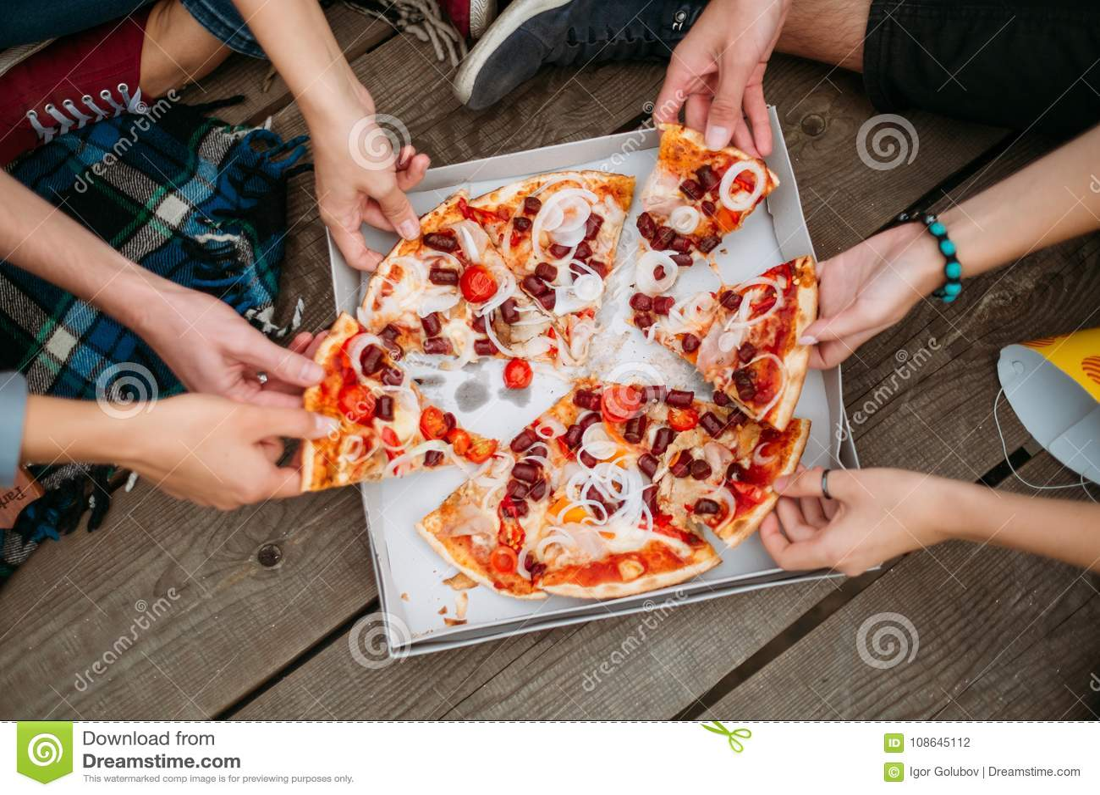 Вес образа жизни еды высококалорийной вредной пищи пиццы здоровый
