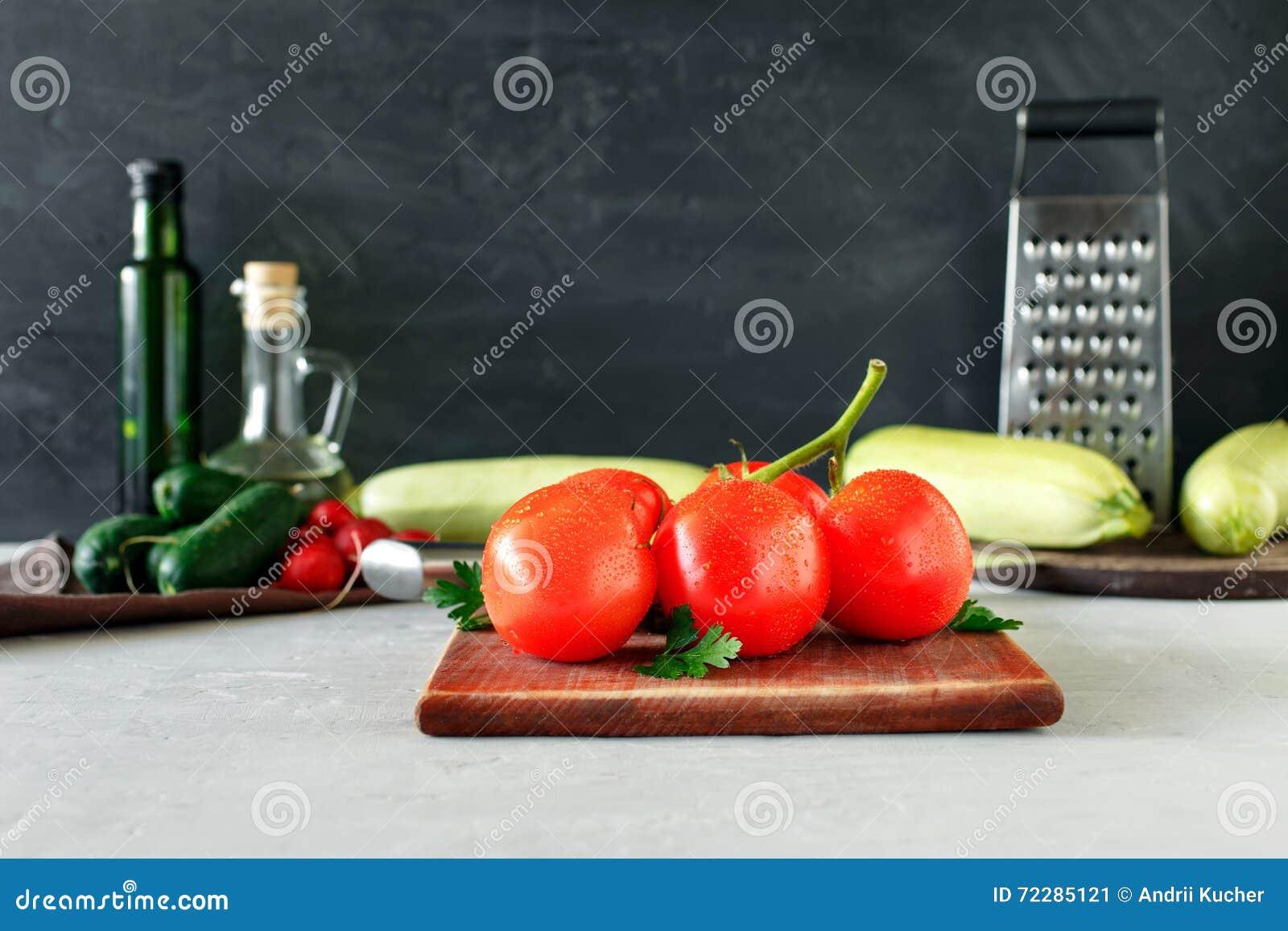 Ветвь зрелых томатов