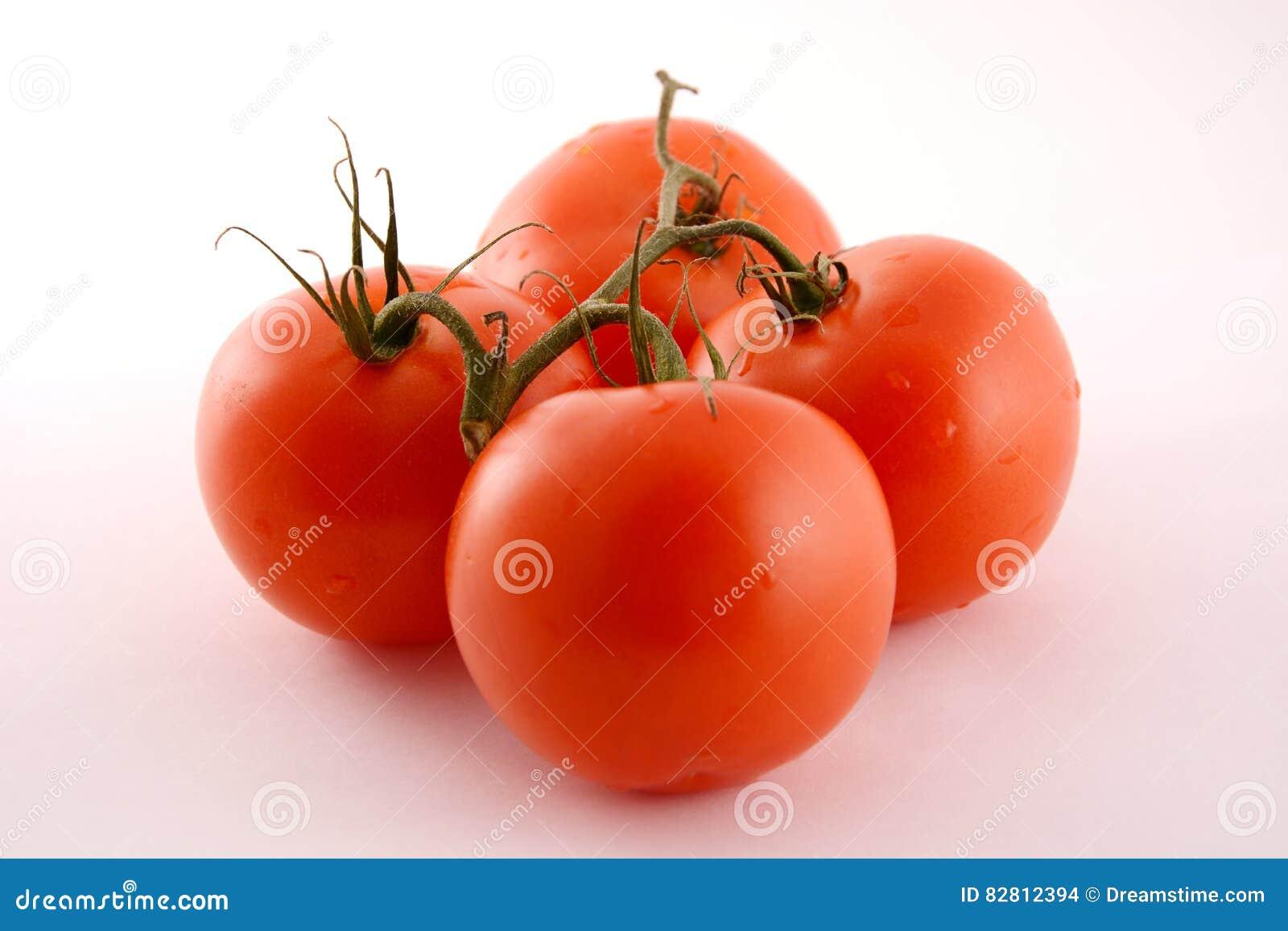 Ветвь с 4 томатами