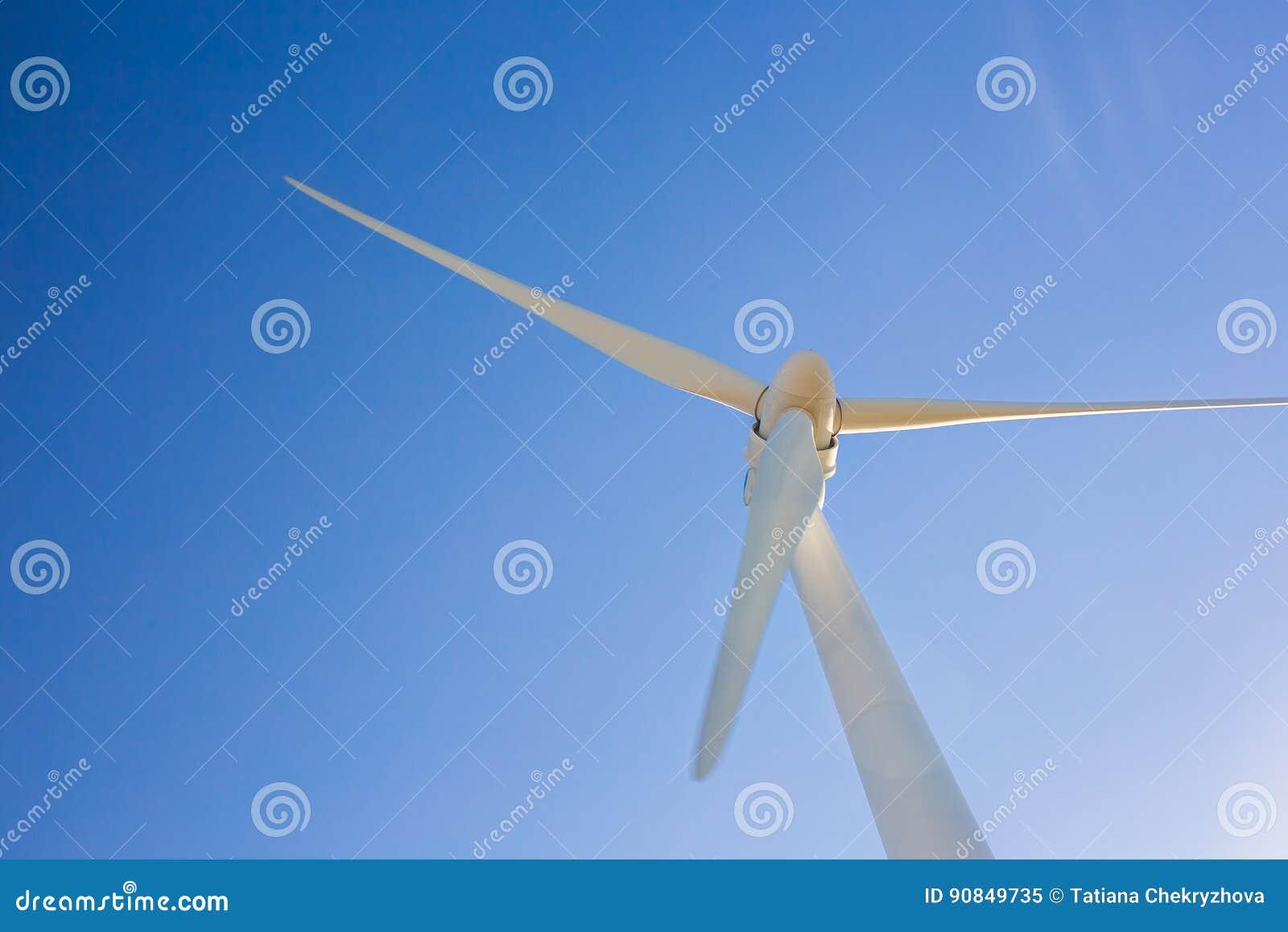 Ветротурбина производя электричество с голубым небом - концепцию сбережений энергии