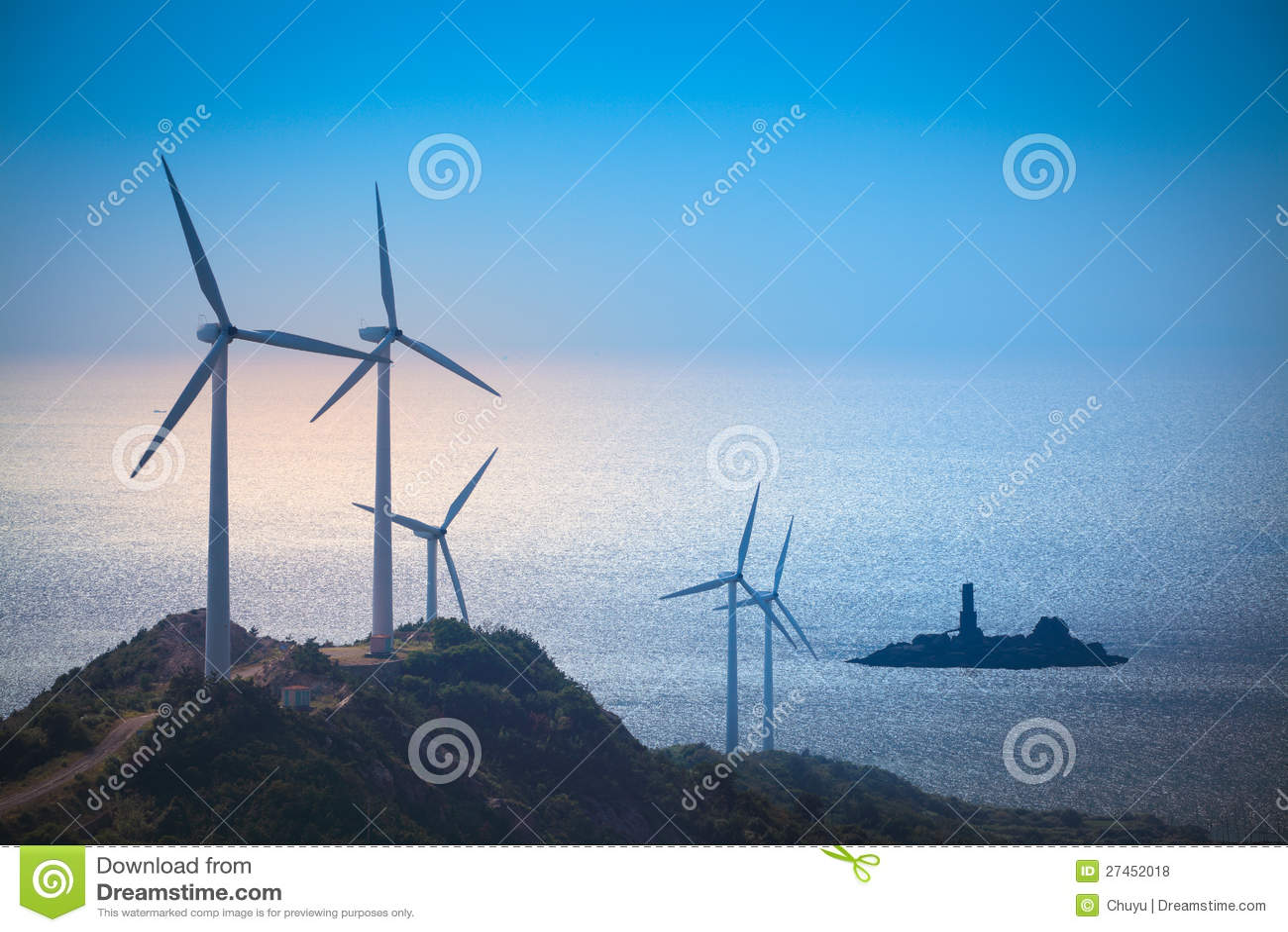 Ветротурбины производя электричество на пляже