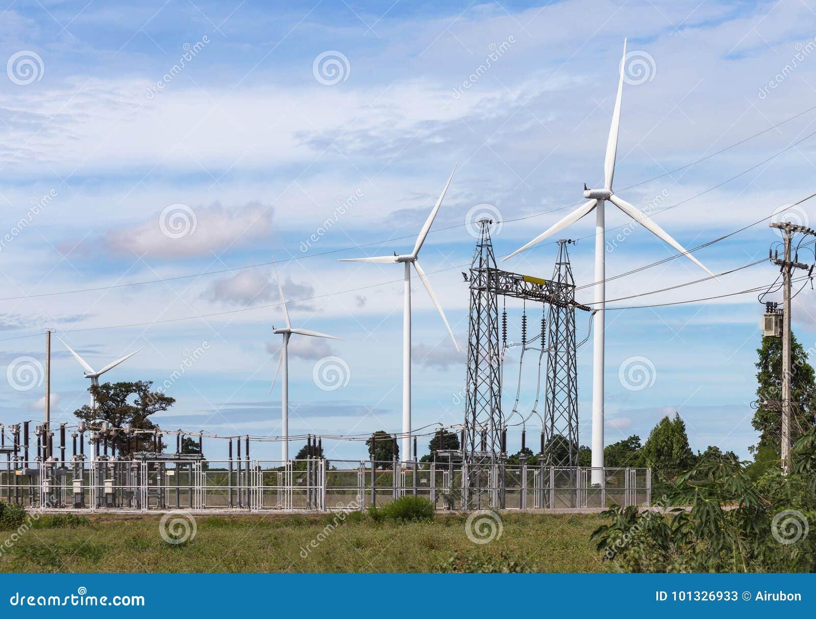 Ветротурбины производя электричество с высоковольтной подстанцией опоры электропитания