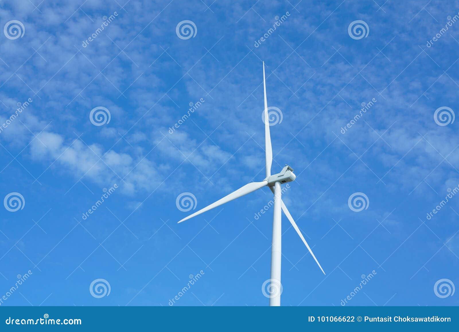 Ветротурбины производя электричество с голубым небом