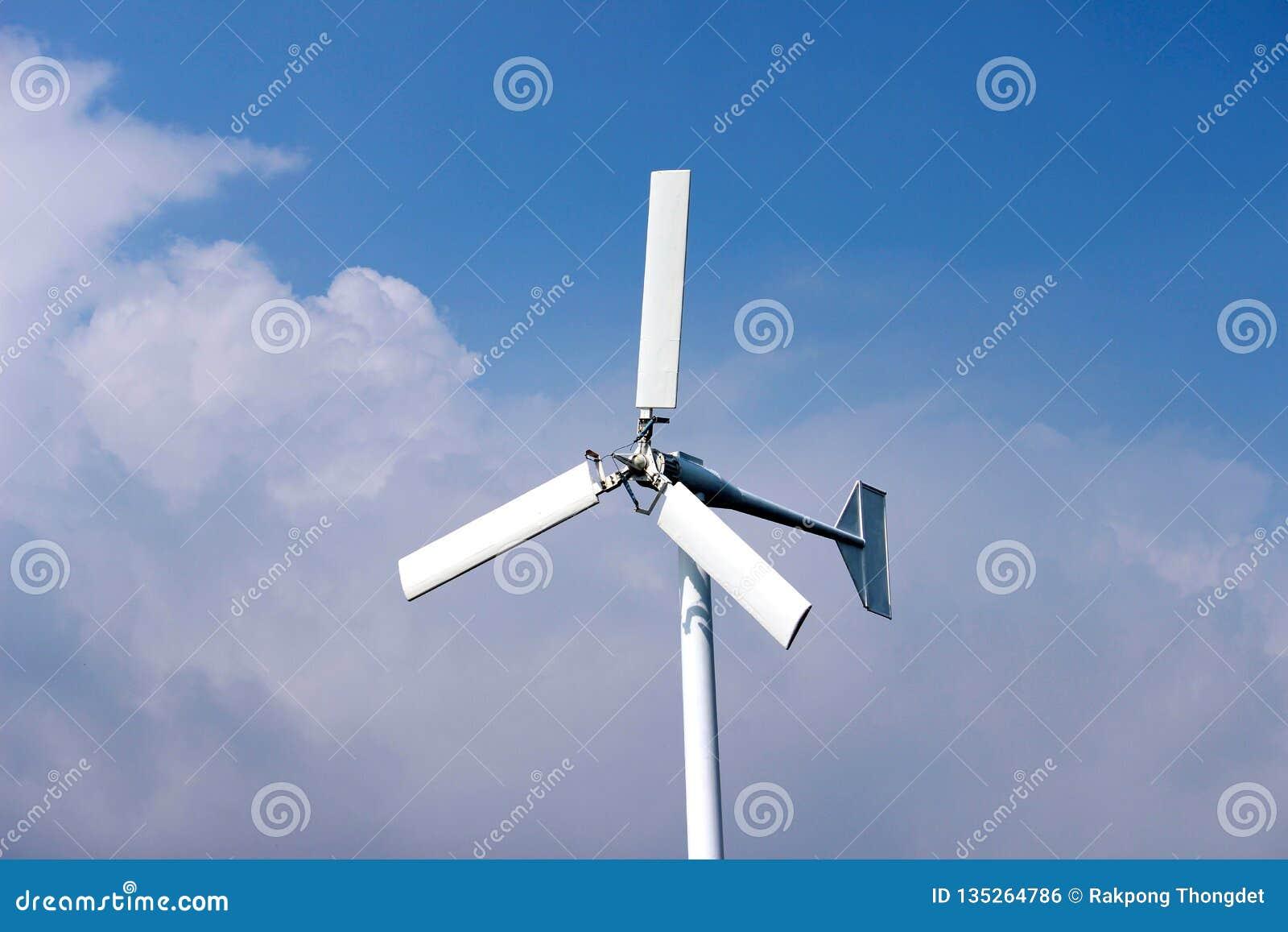 Ветротурбины производя электричество с голубым небом - concep сбережений энергии