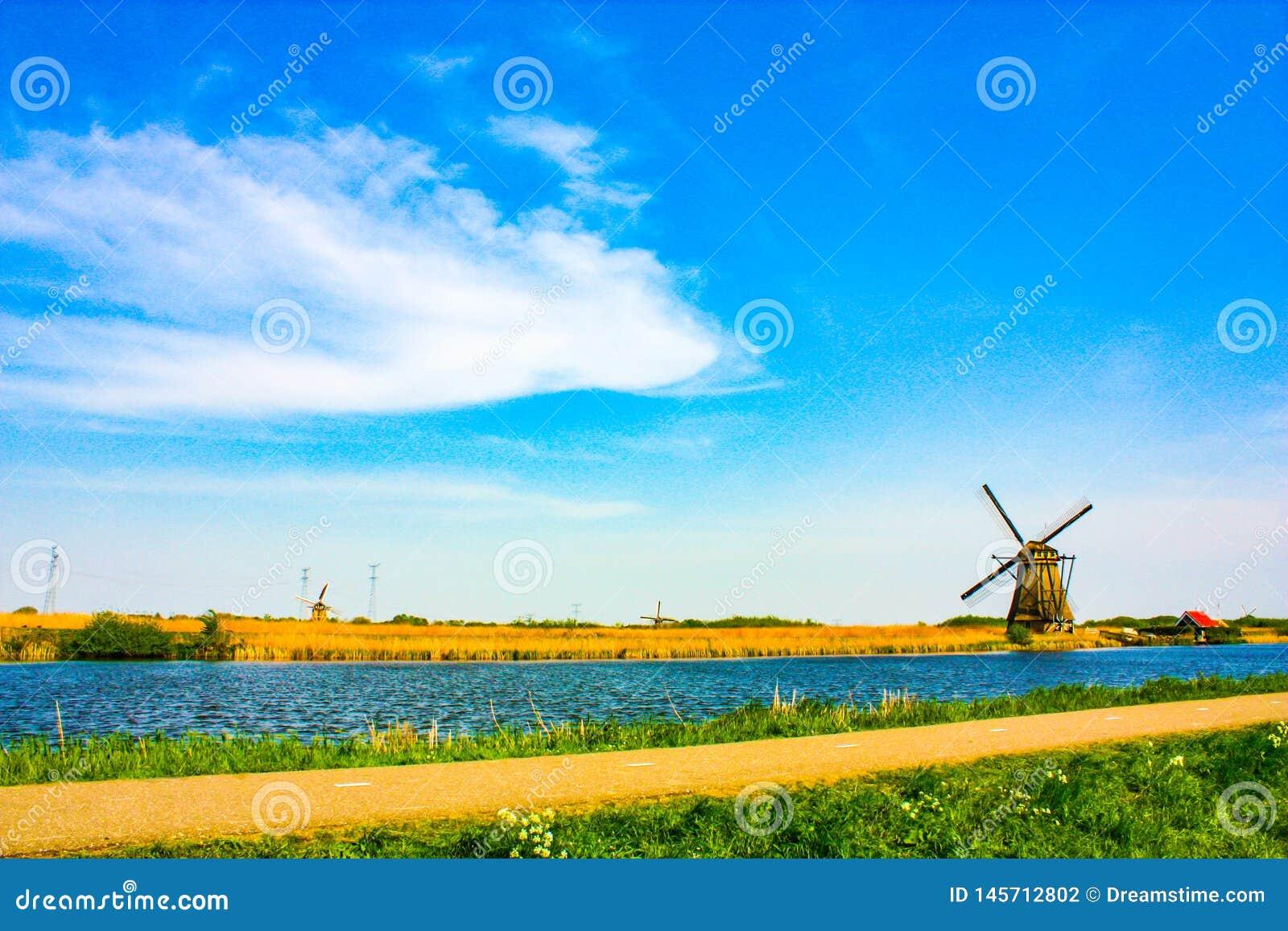 Ветрянка на Kinderdijk - красивом солнечном дне
