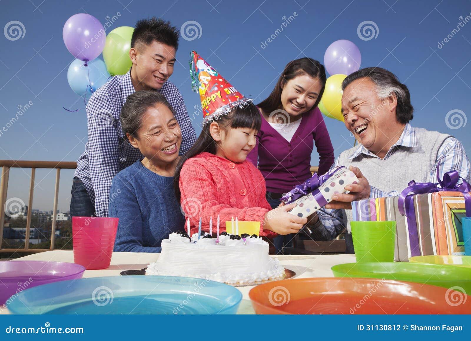 Вечеринка по случаю дня рождения, семья мульти-поколения, цветастая