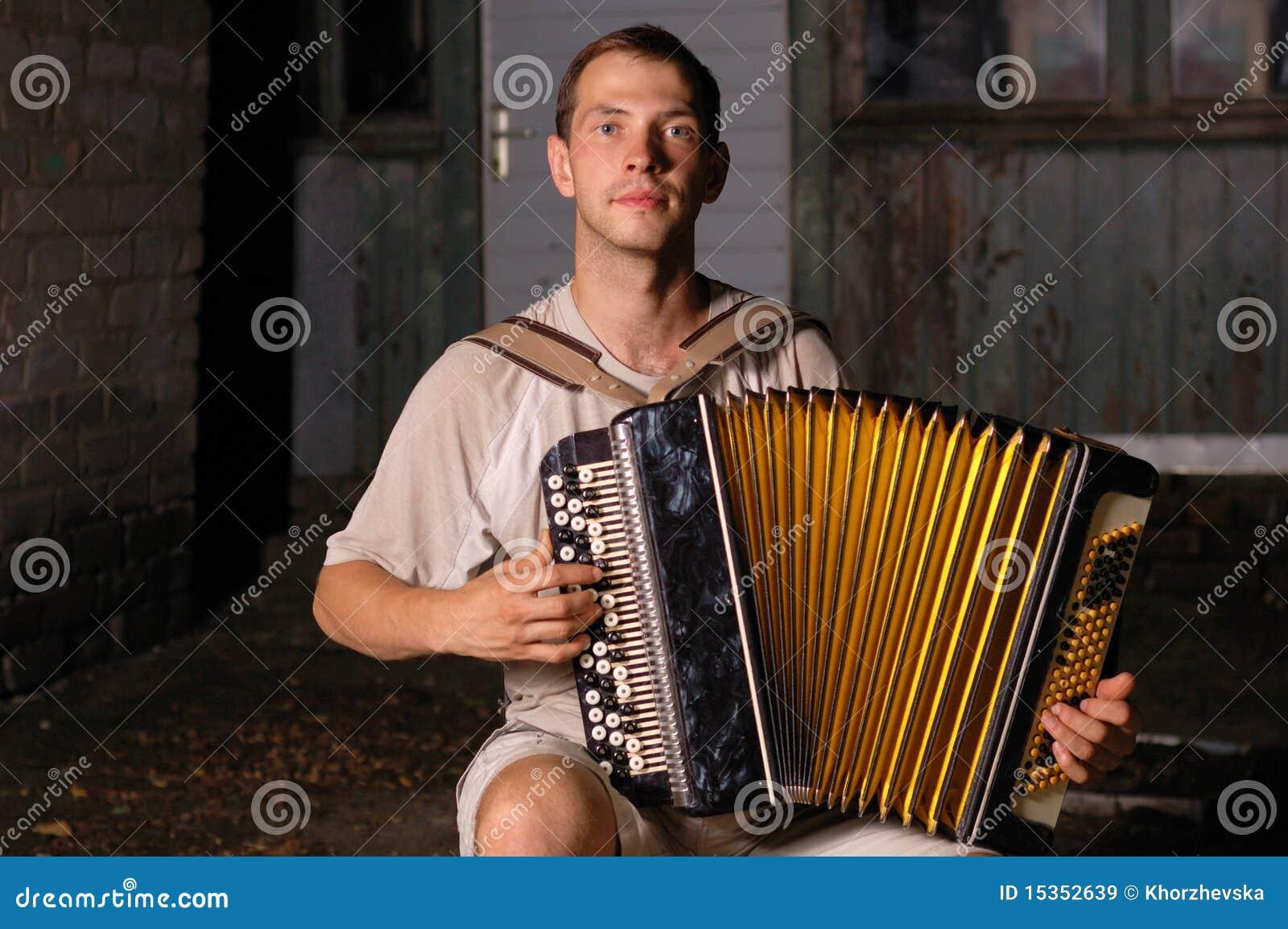 вечер кнопки аккордеони играя serenade