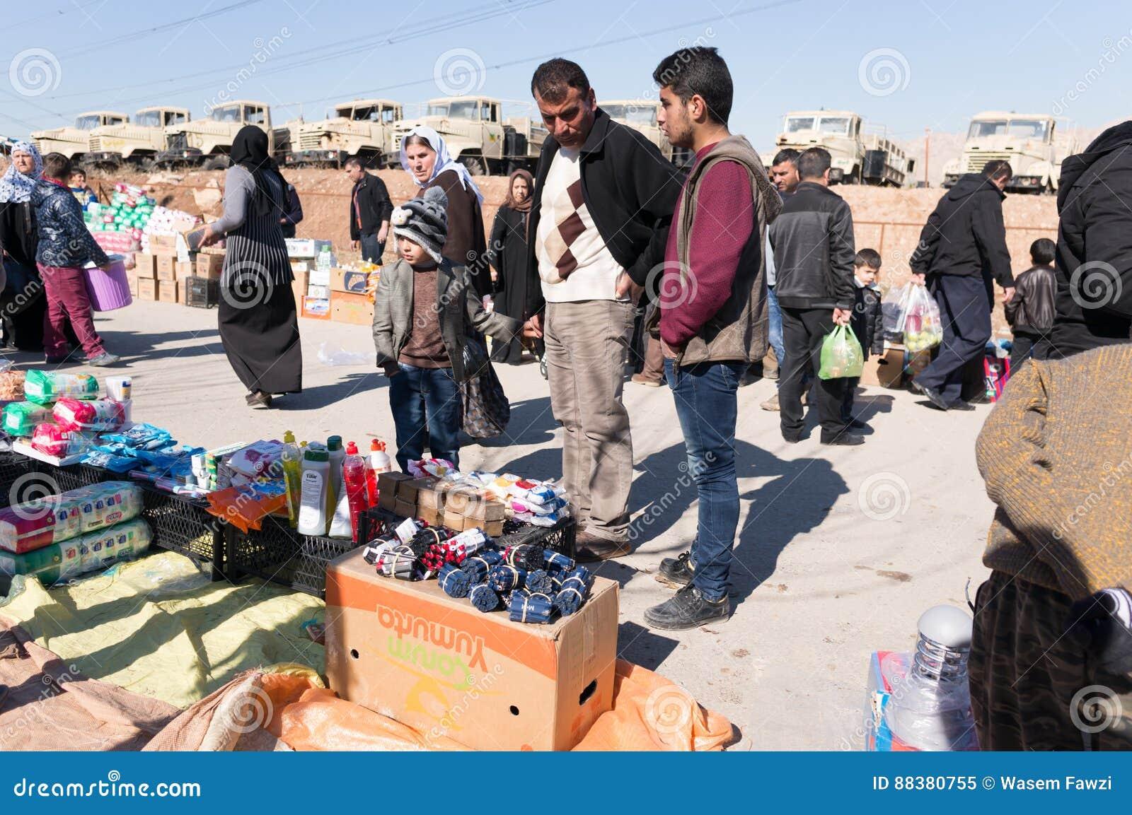 Вещество людей покупая от рынка в Ираке