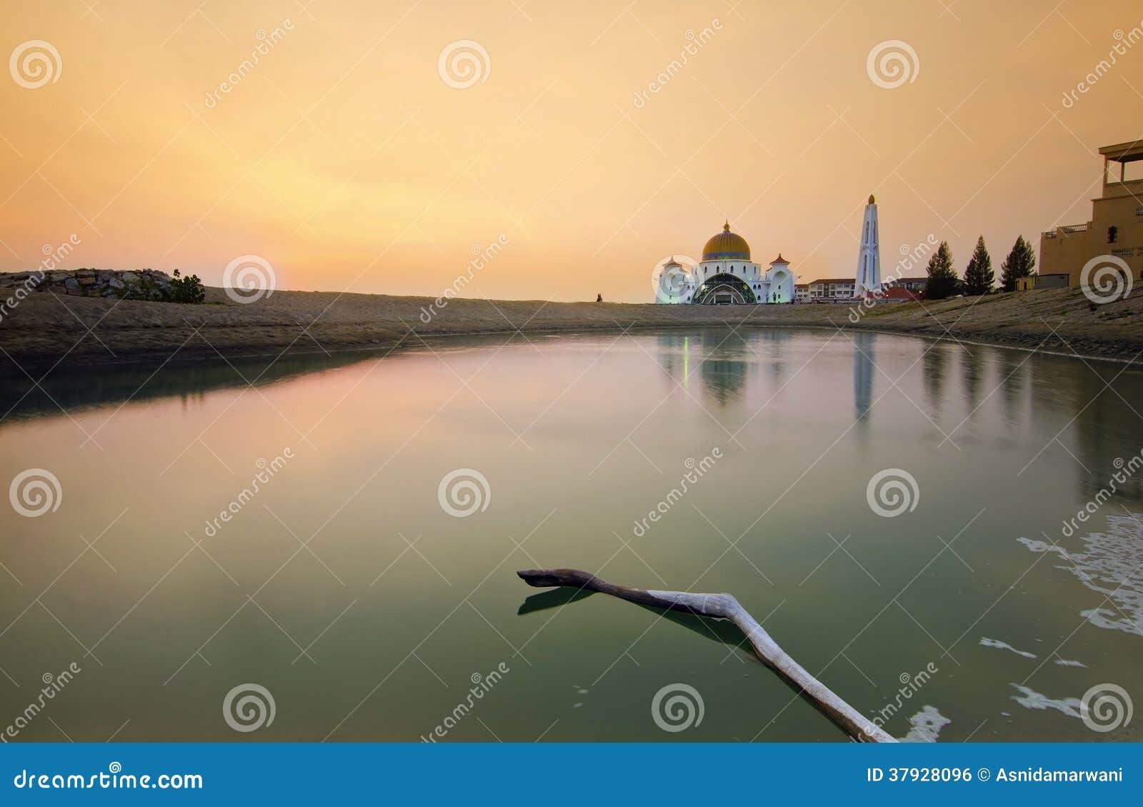 Величественная плавая мечеть на проливах Малаккы во время захода солнца