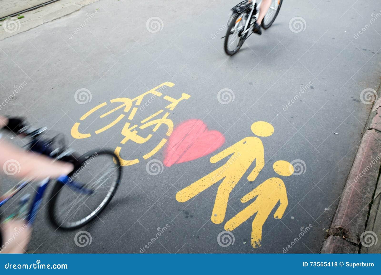 2 велосипеда проходя пешеходом/велосипедом подписывают