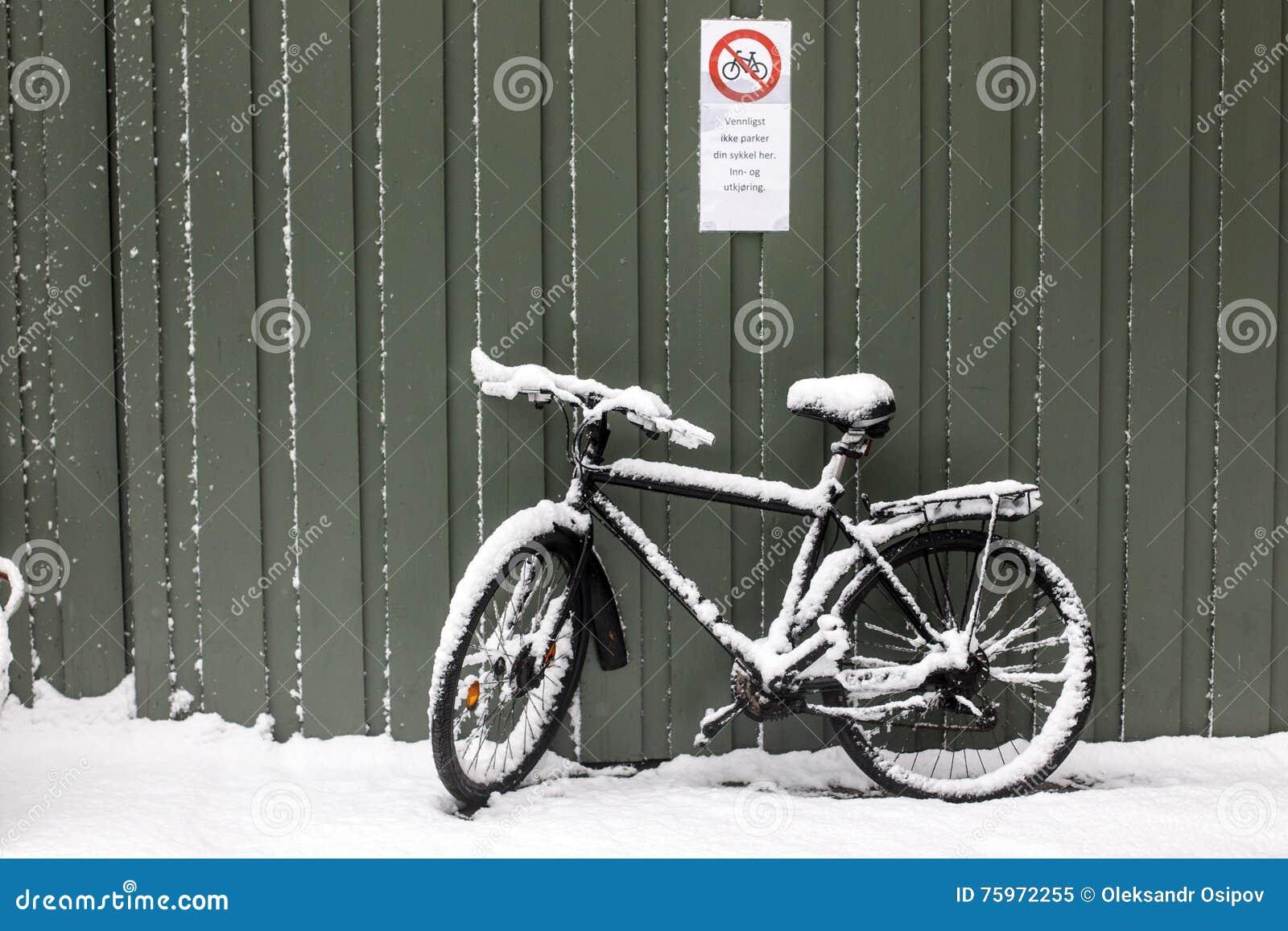 Велосипед в снеге