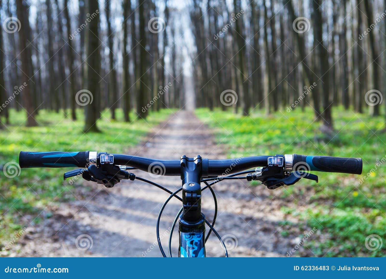 велосипед задействуя гора холма вверх
