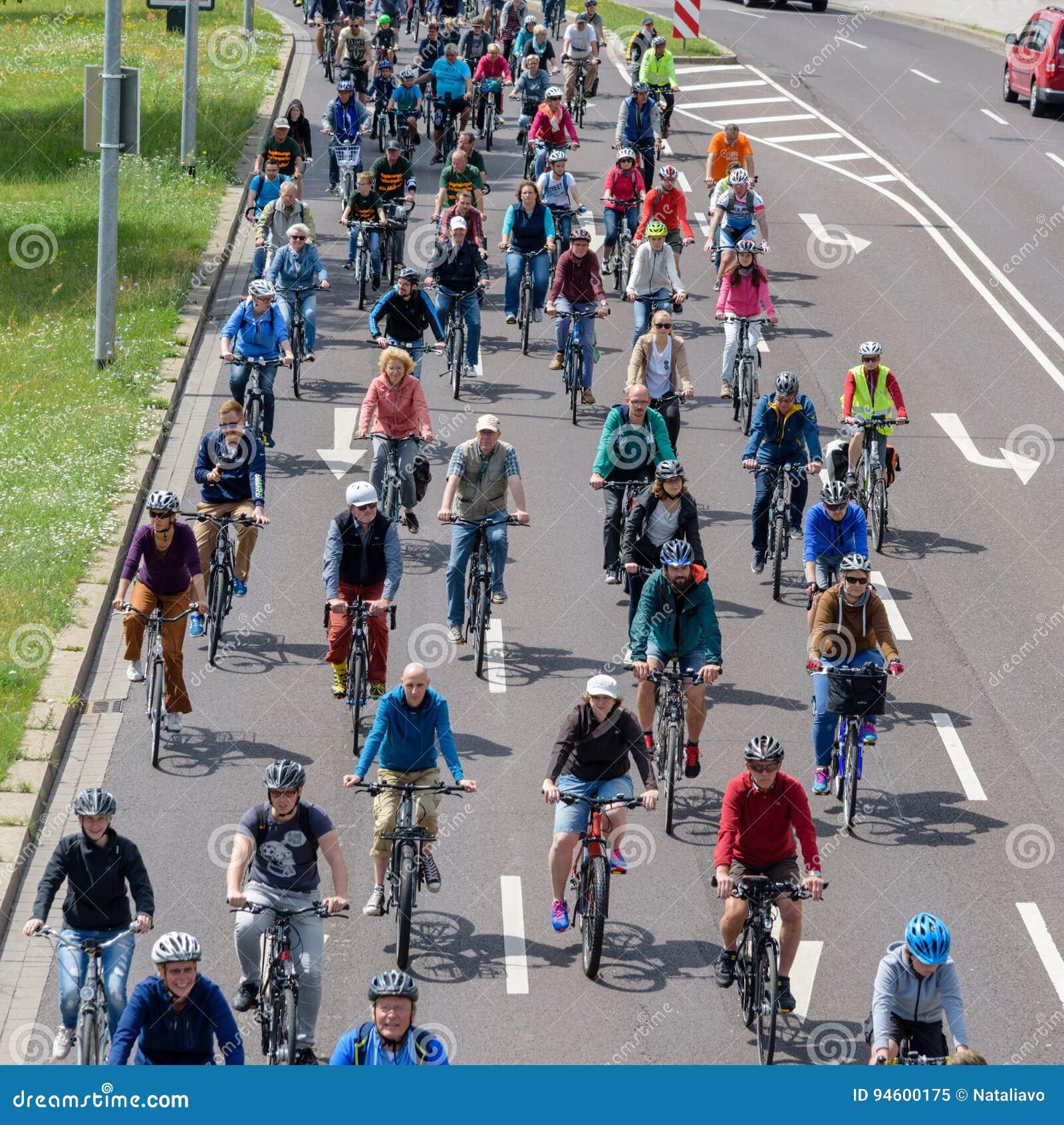 Велосипедисты проходят парадом в Магдебурге, Германии am 17 06 2017 Много людей различных времен едут велосипеды в центре города