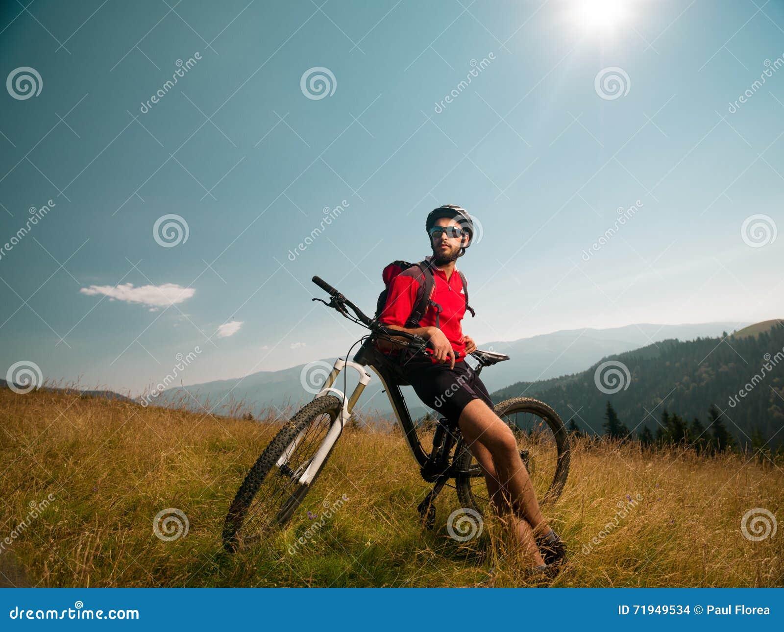 Велосипедист горы восхищая ландшафт