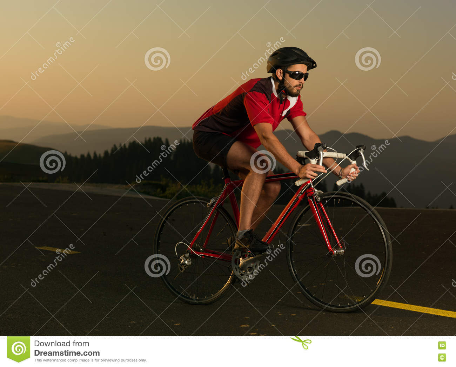 Велосипедист на велосипеде дороги