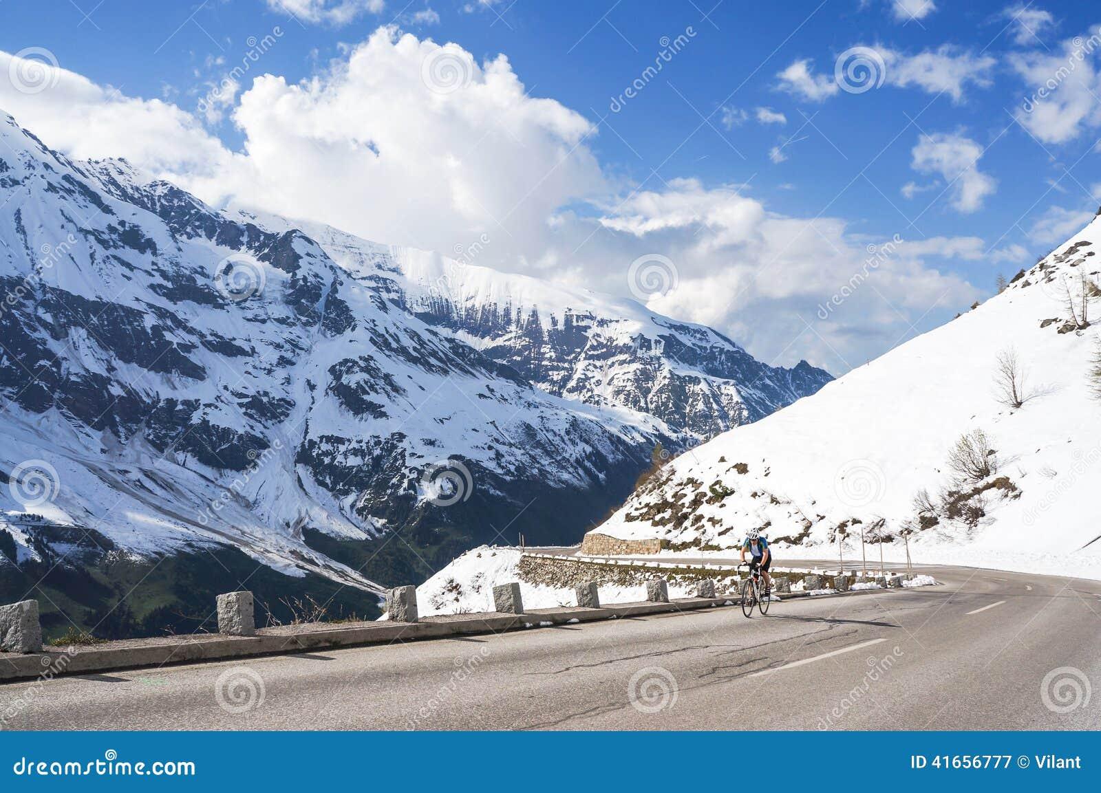 Велосипедист на высокогорной дороге высокой горы