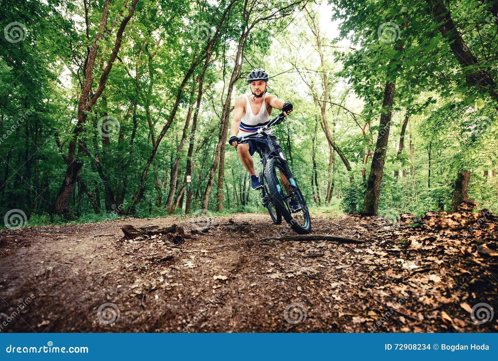 Велосипедист Professioanl, весьма спорт, велосипедист на велосипеде на горной тропе