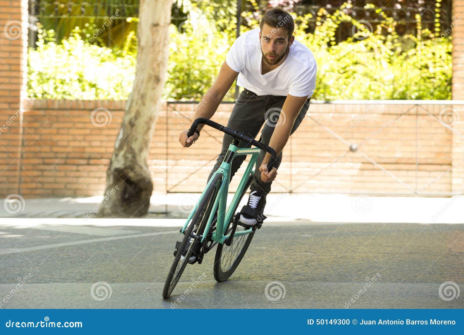 Велосипед спорта шестерни человека велосипедиста ехать фиксированный