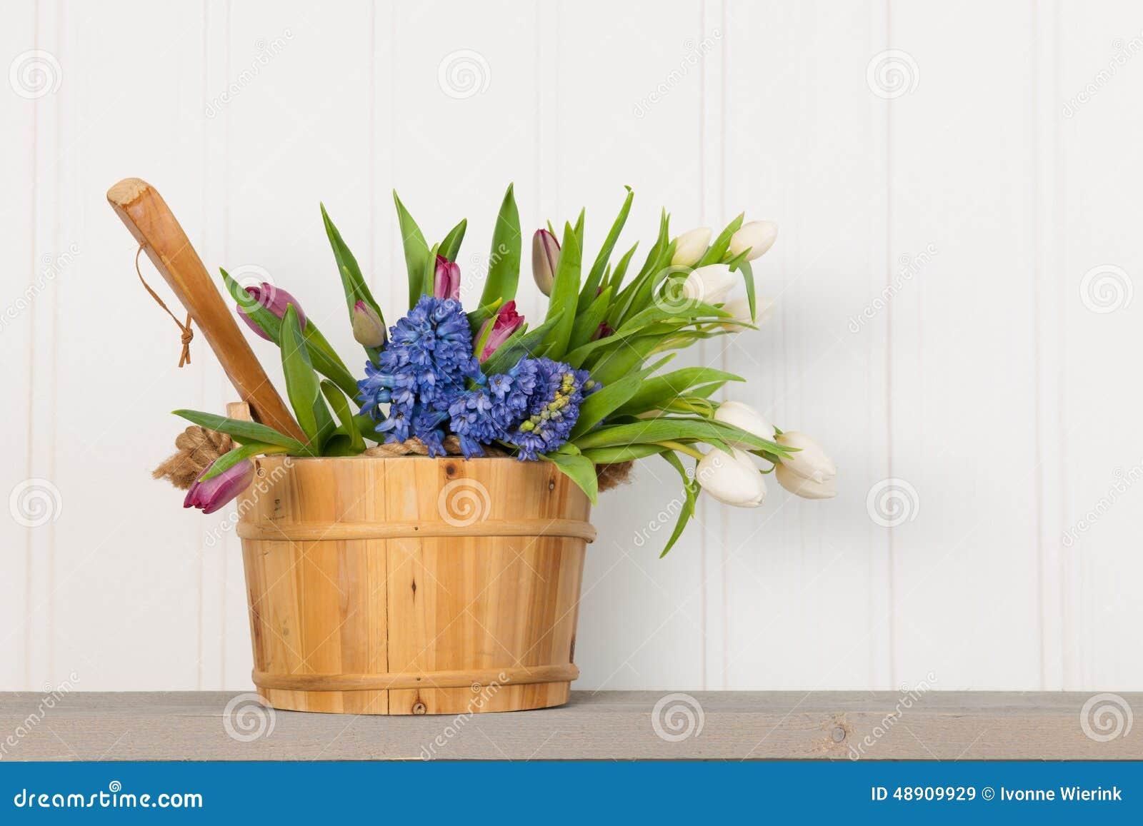 Ведро сауны с цветками букета