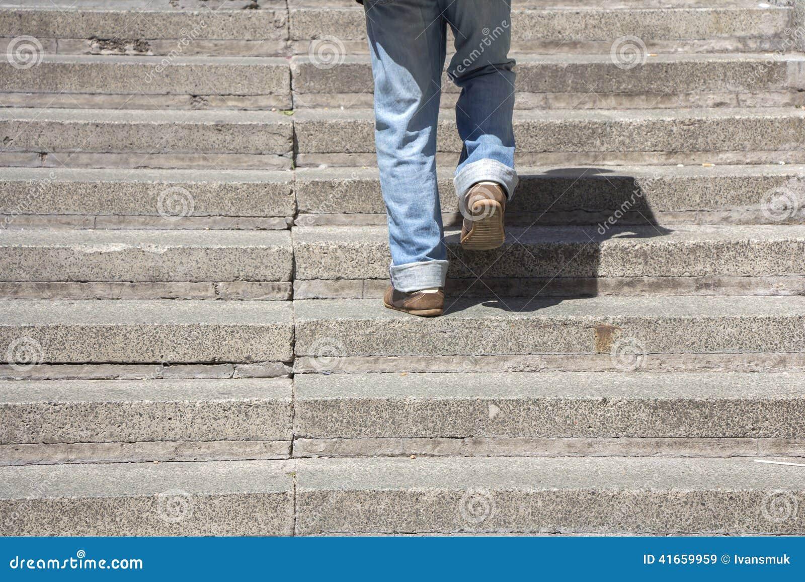 взбираясь лестницы вверх